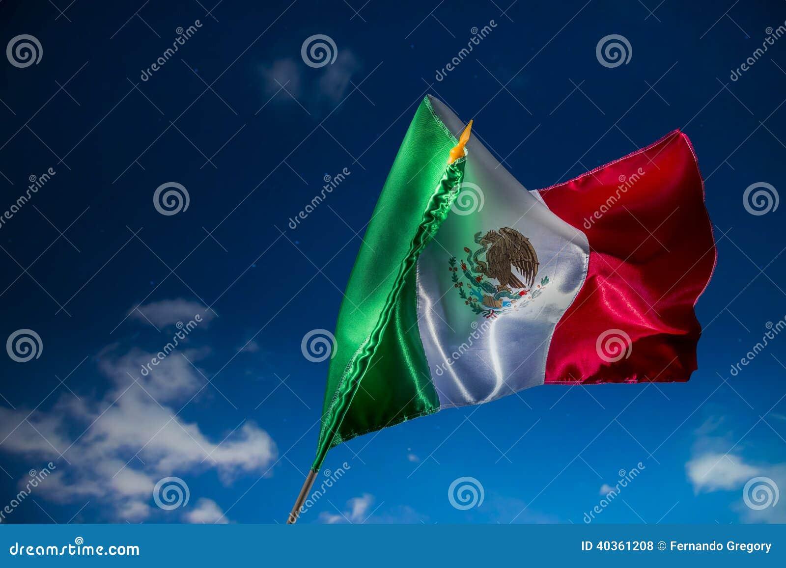 Meksykańska flaga przeciw nocnemu niebu, dzień niepodległości, cinco de może