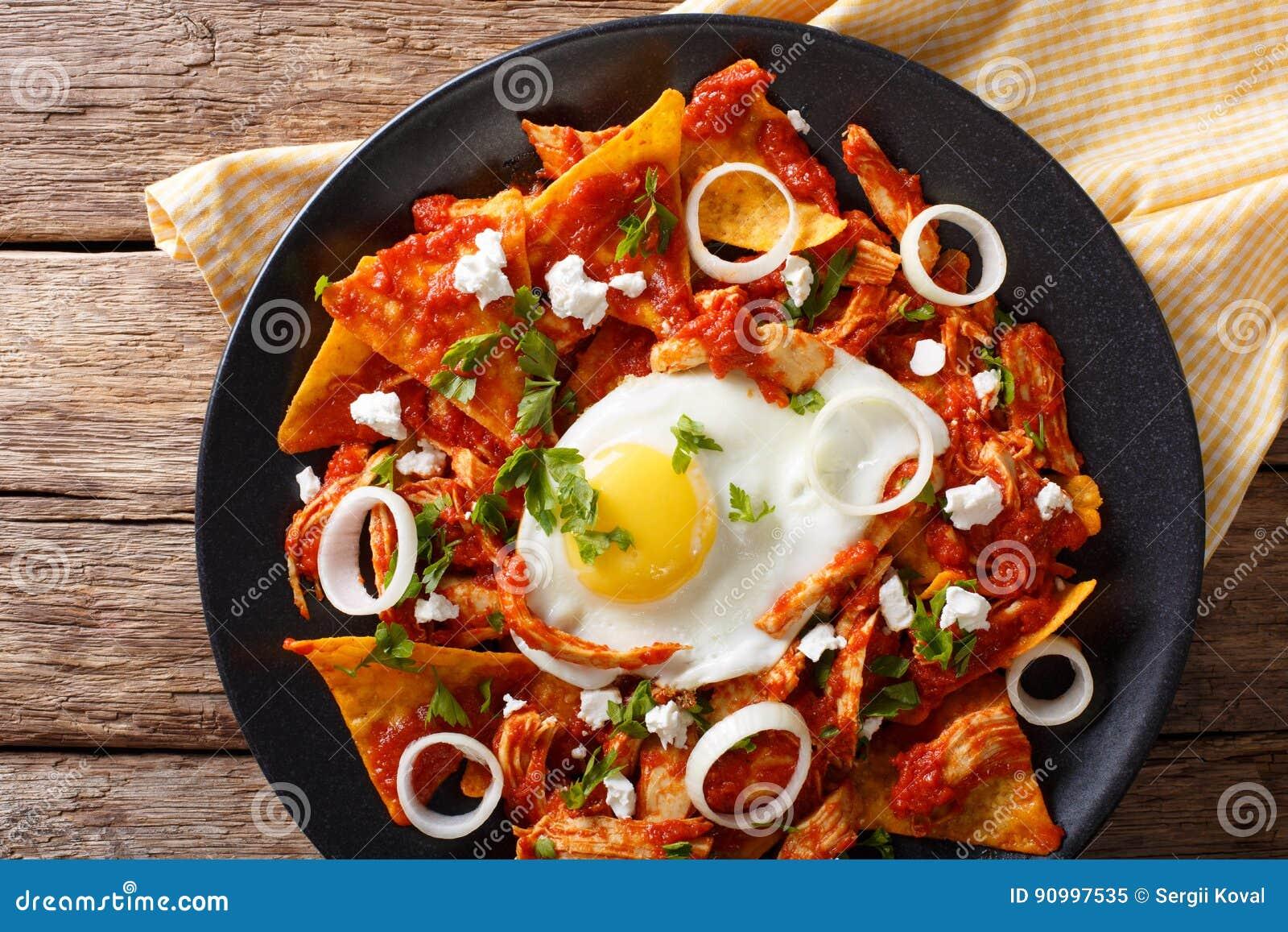 Meksykański śniadanie: chilaquiles z jajka i kurczaka zakończeniem Ho