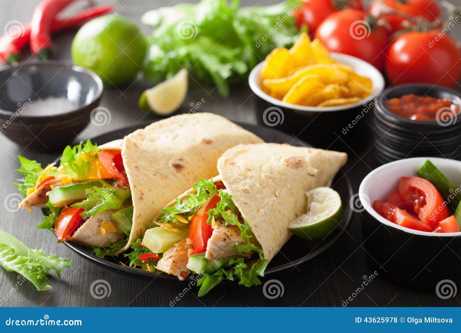 Meksykański tortilla opakunek z kurczaków warzywami i piersią