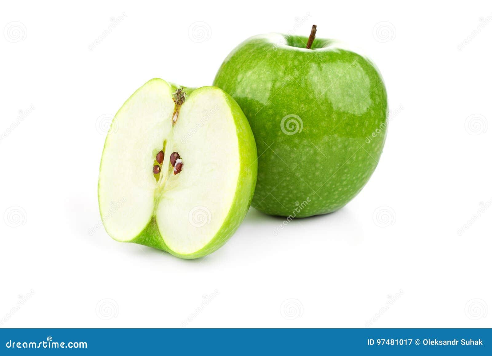 Mela e fette verdi della mela su un fondo bianco