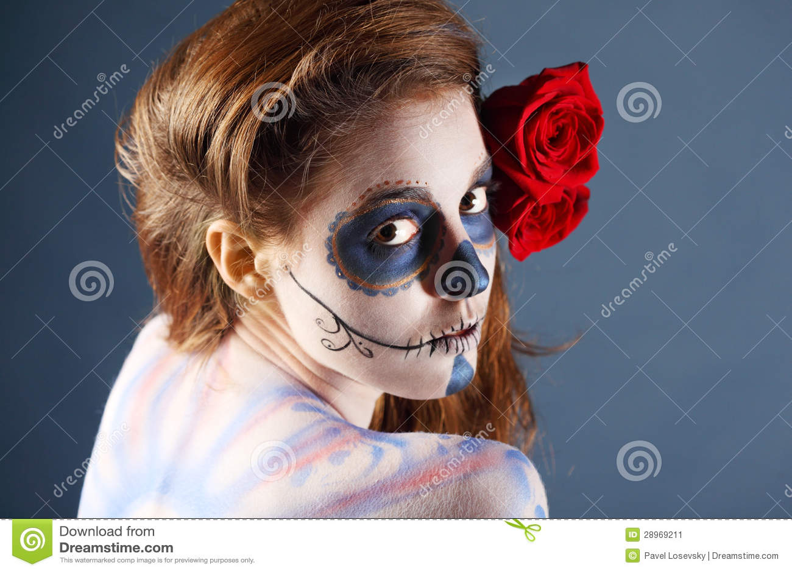 Melancholiczna żywy trup dziewczyna z malującą twarzą