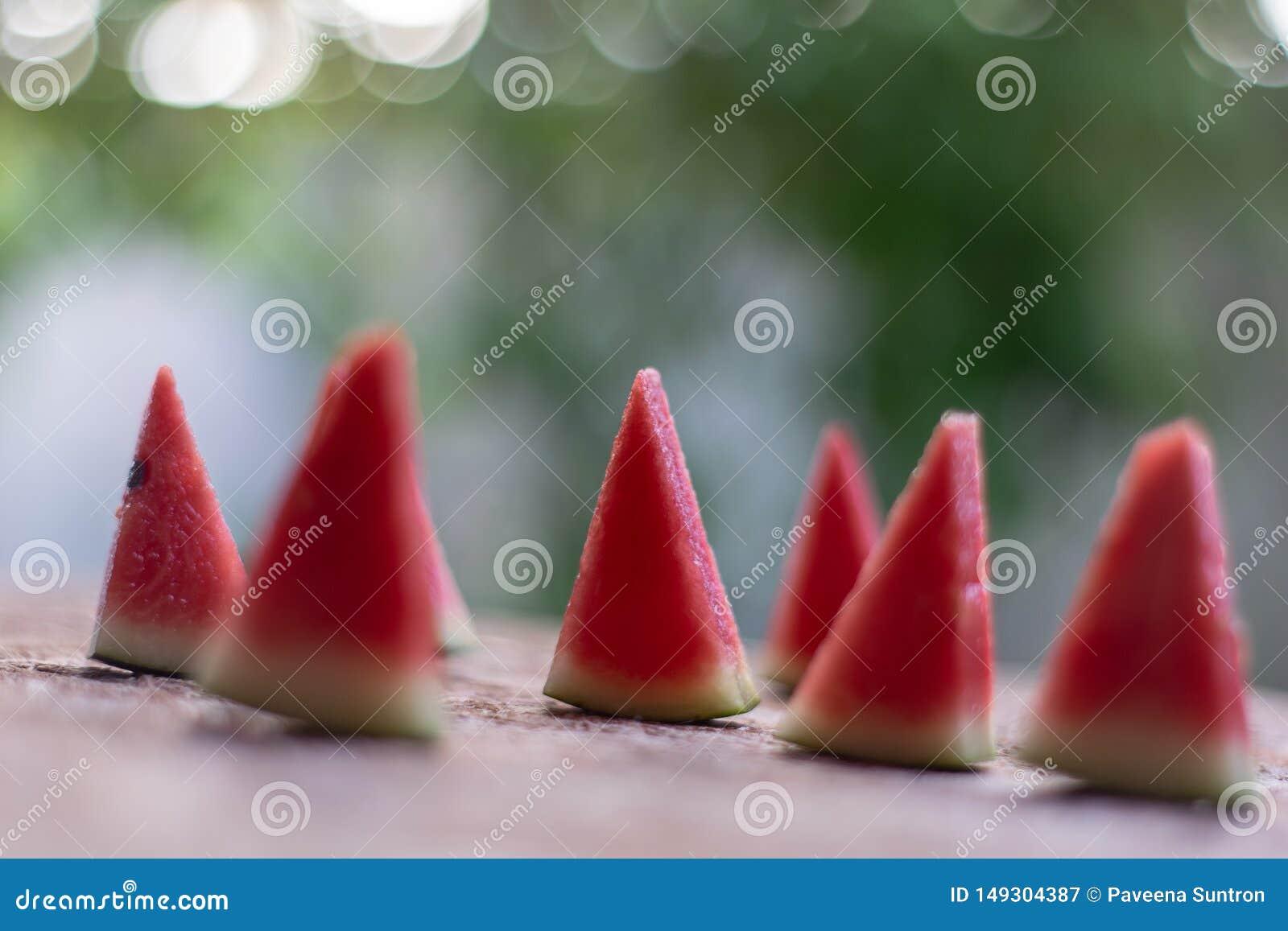 Melancia aparada em partes vermelhas pequenas