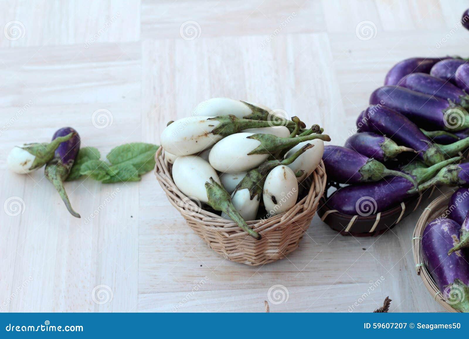 Melanzana Fresca Porpora E Bianca Per Cucinare Fotografia Stock ...