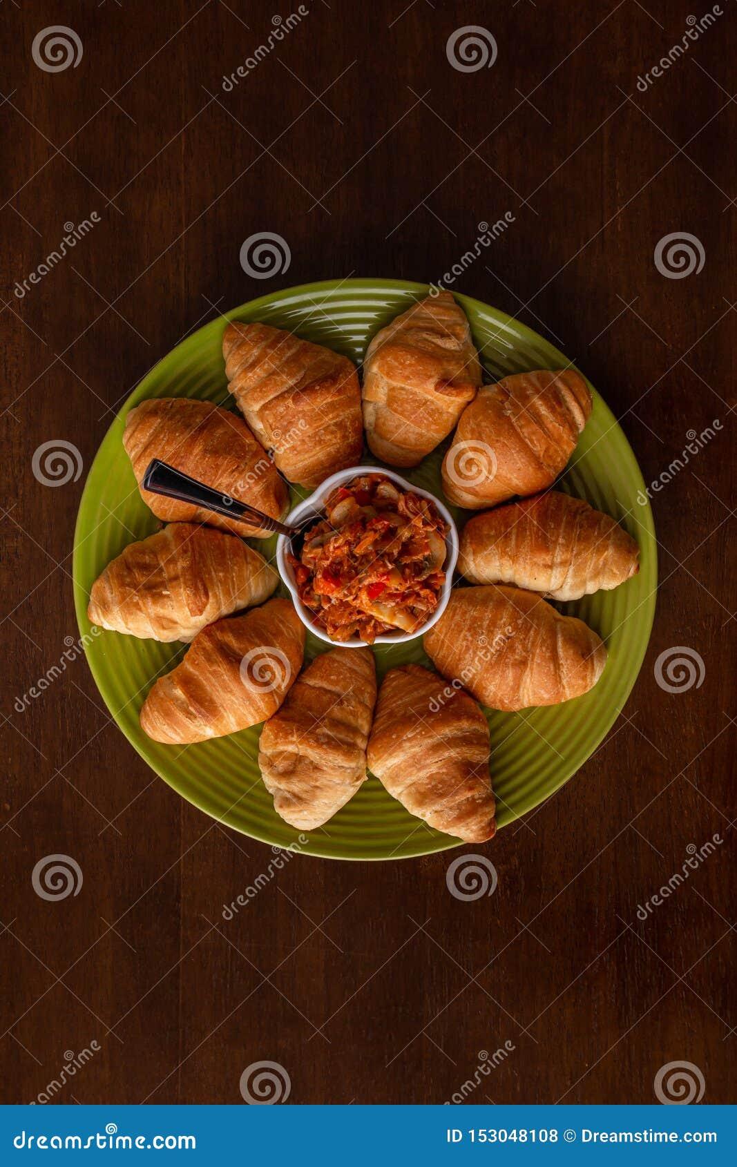Melanzana marinata con pane su una tavola di legno