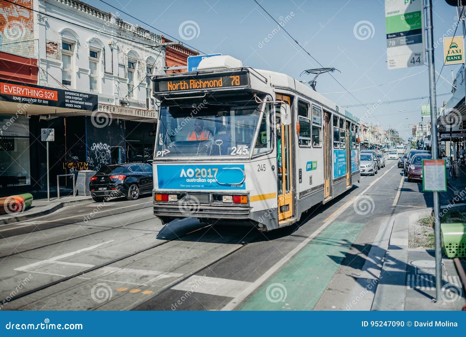 MELBOURNE, AUSTRÁLIA - 12 de março de 2017: Transporte o número 78, com parada final em Richmond norte, correndo ao longo da rua