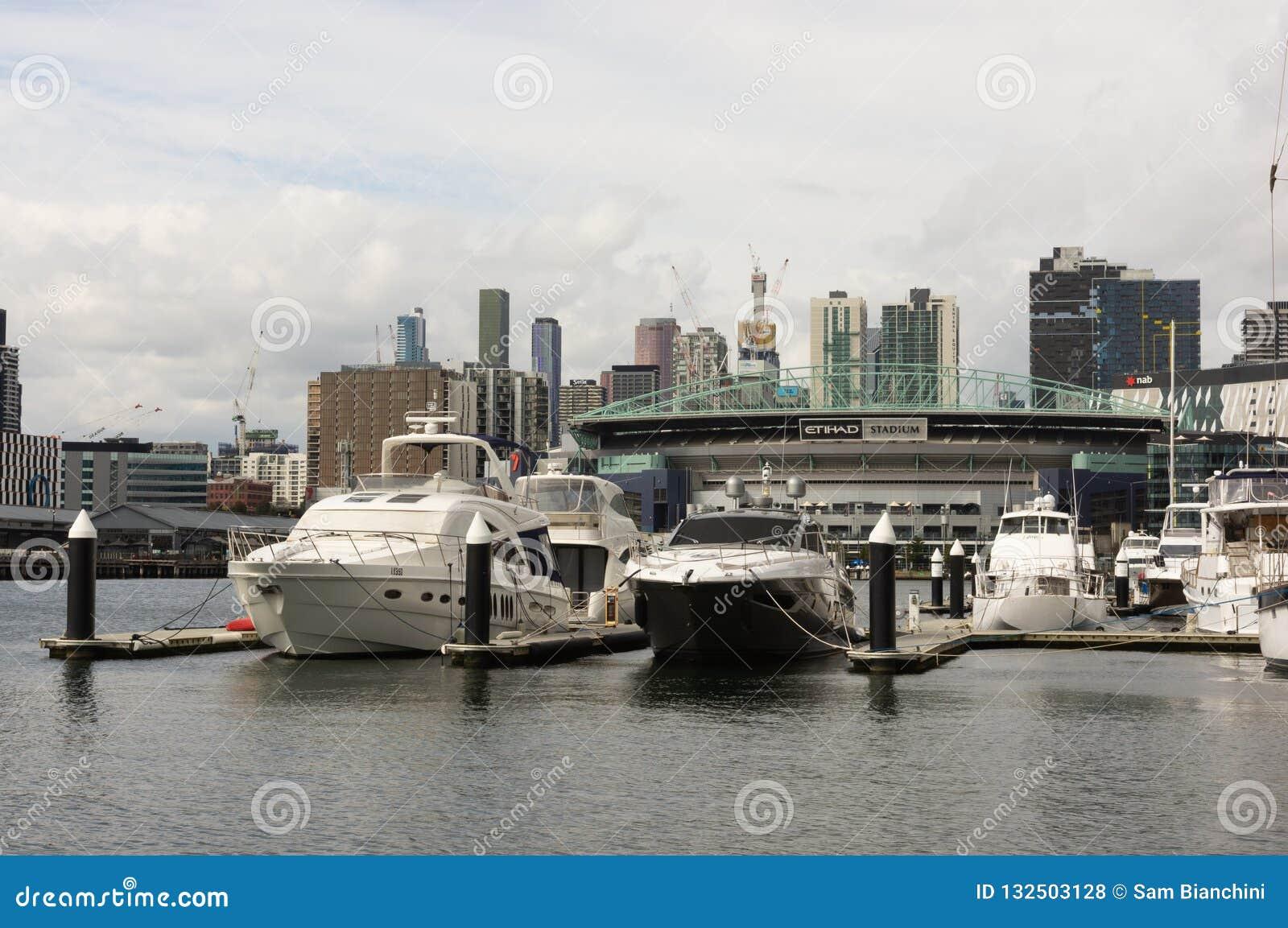 Melbourne, Austrália - 25 de setembro de 2018: Ideia do estádio de Etihad através do rio de Yarra