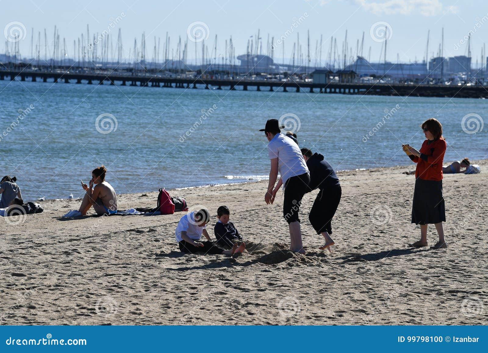 MELBOURNE, AUSTRALIA - 14 agosto 2017 - la gente che si rilassa sulla st Kilda la spiaggia