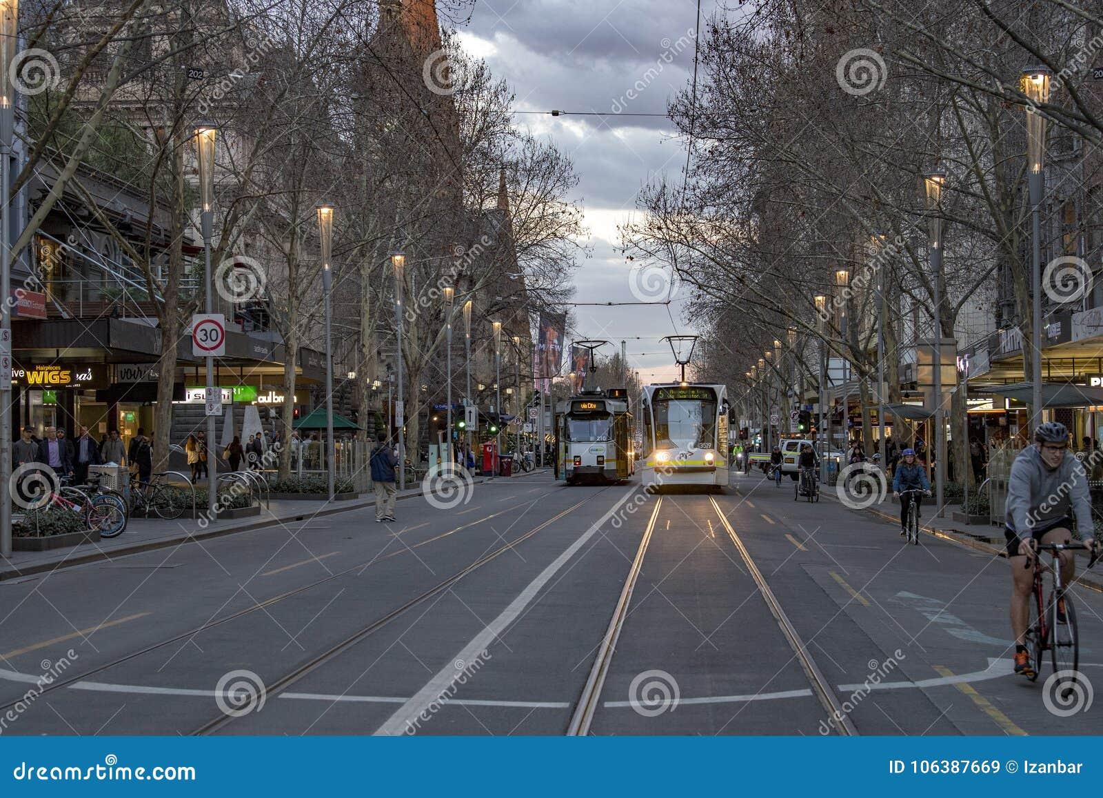 MELBOURNE, AUSTRALIA, el 16 de agosto de 2017 - bourke del tráfico de ciudad en el centro y calle del flinder