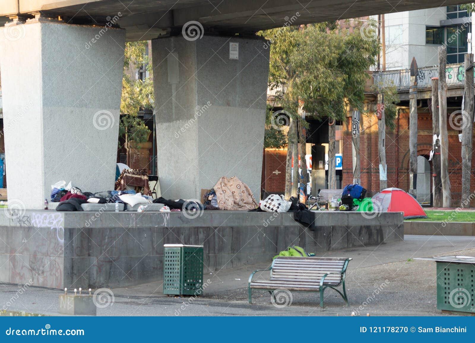 Melbourne Australia, Lipiec, - 6th 2018: Bezdomny Obozuje Pod Flinders ulicy pociągu linią