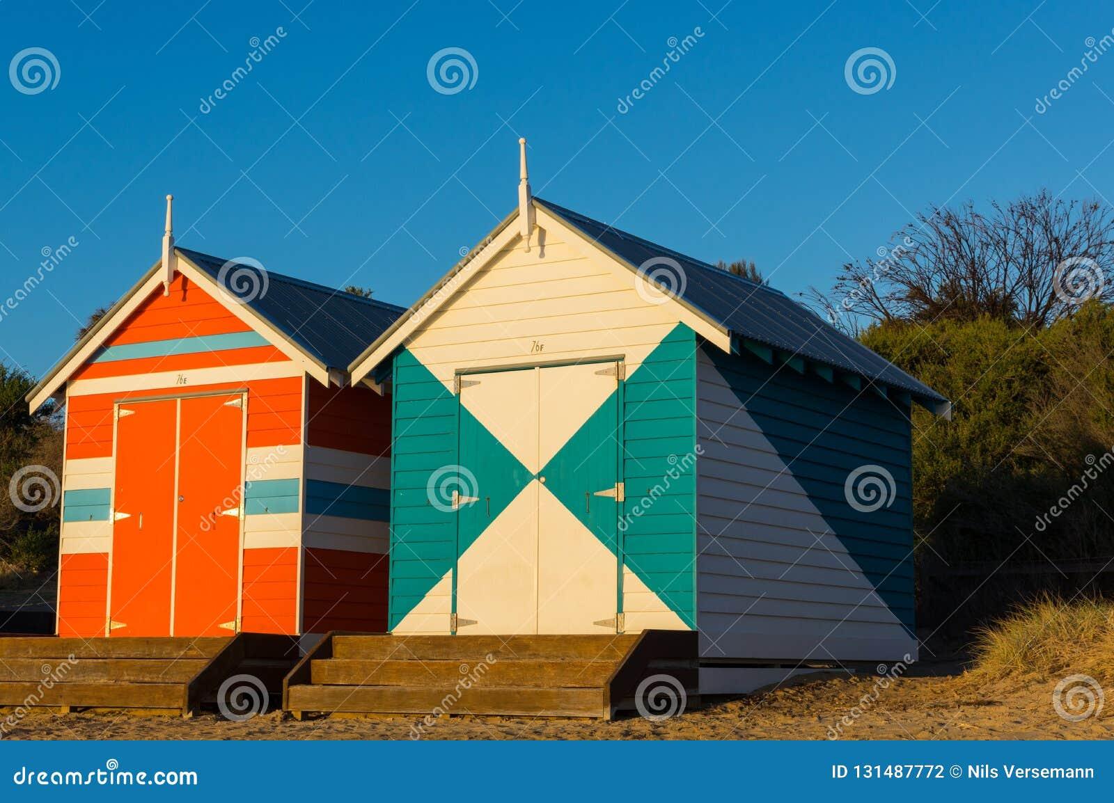 Melbourne Australia, Marzec, - 31, 2018: Colourful kąpanie boksuje przy Brighton plażą, popularna podupadłej części śródmieścia p
