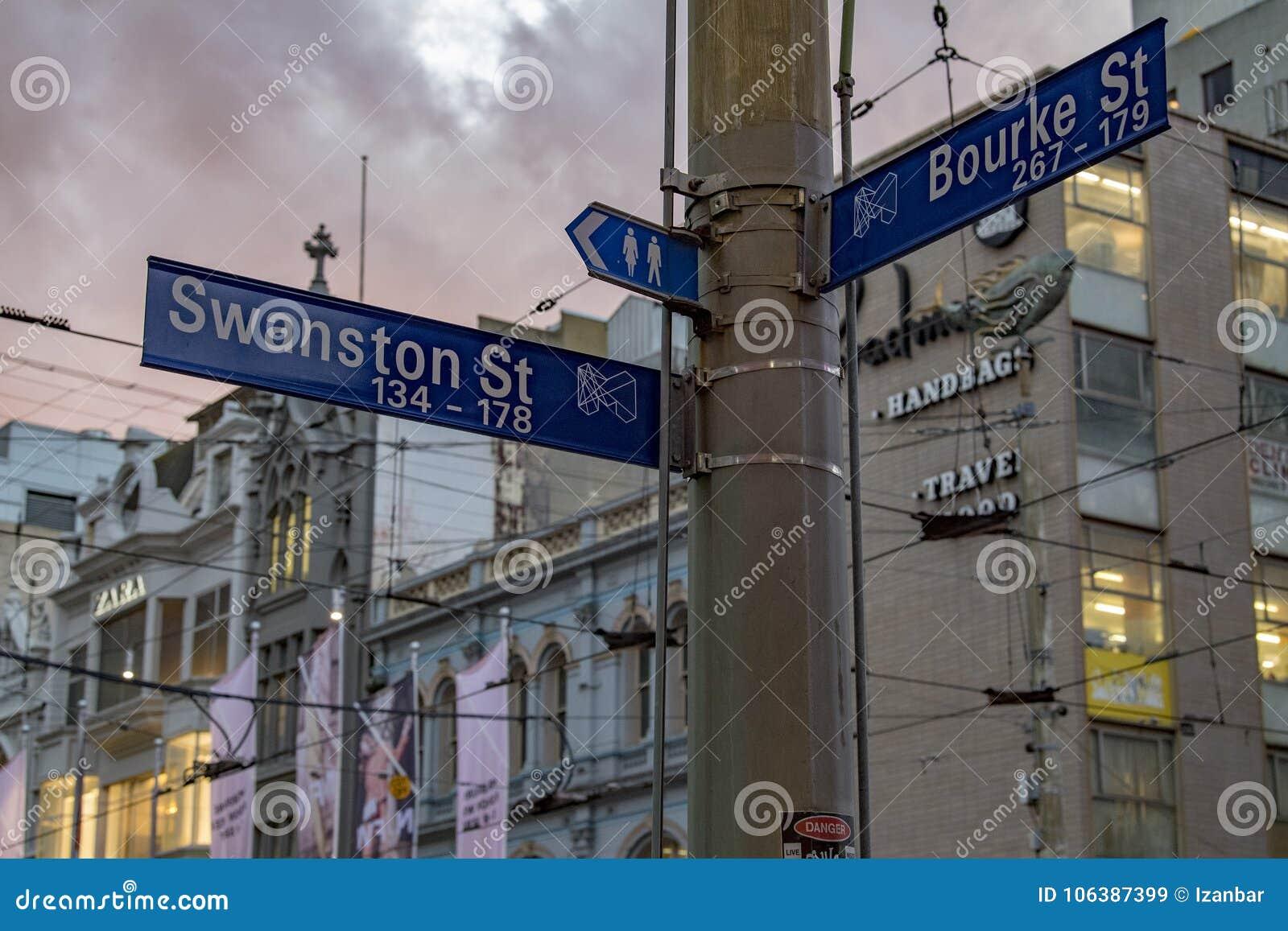 MELBOURNE, AUSTRALIA, SIERPIEŃ 16 2017 - miasto ruch drogowy w centrum bourke i flinder ulicie
