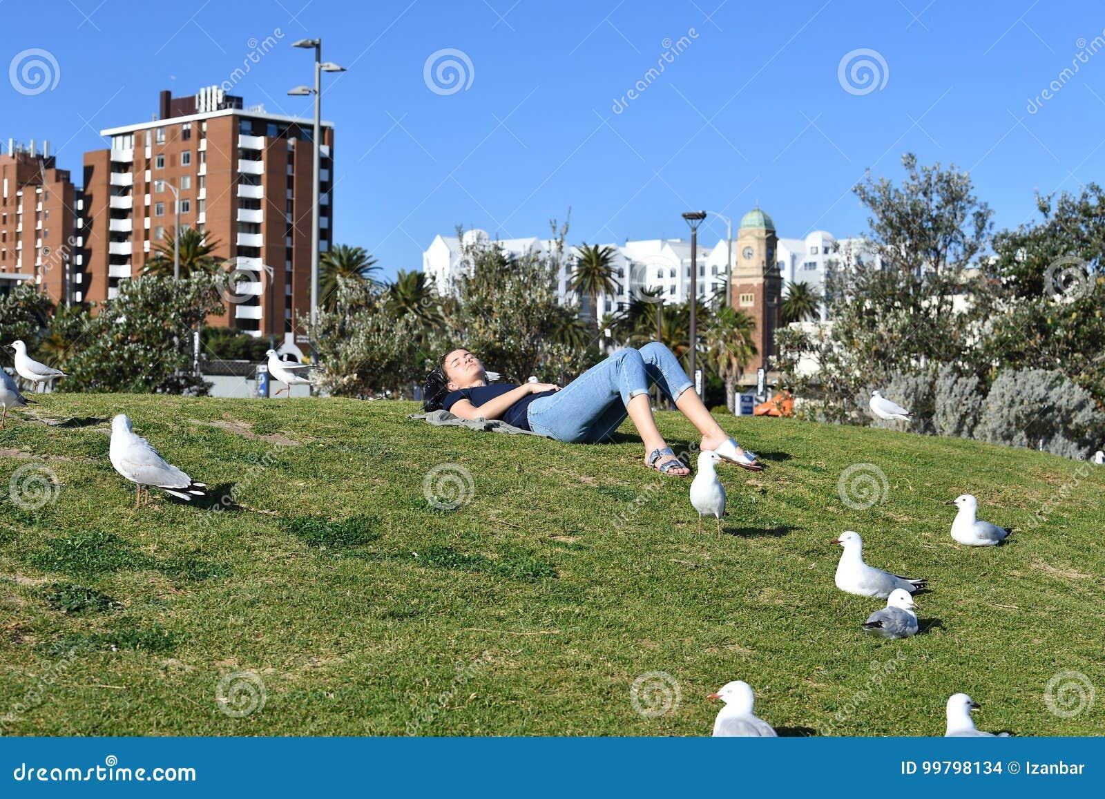 MELBOURNE, AUSTRALIE - 14 août 2017 - les gens détendant sur St Kilda la plage