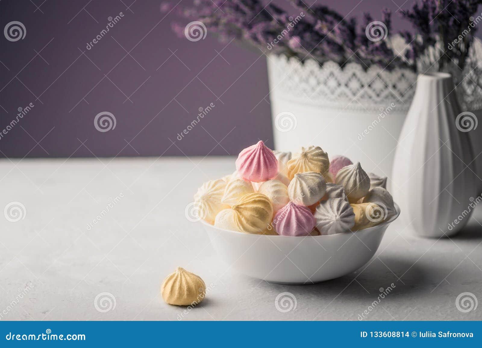 Melcocha dulce en una taza, postre delicioso, lavanda en un vaso