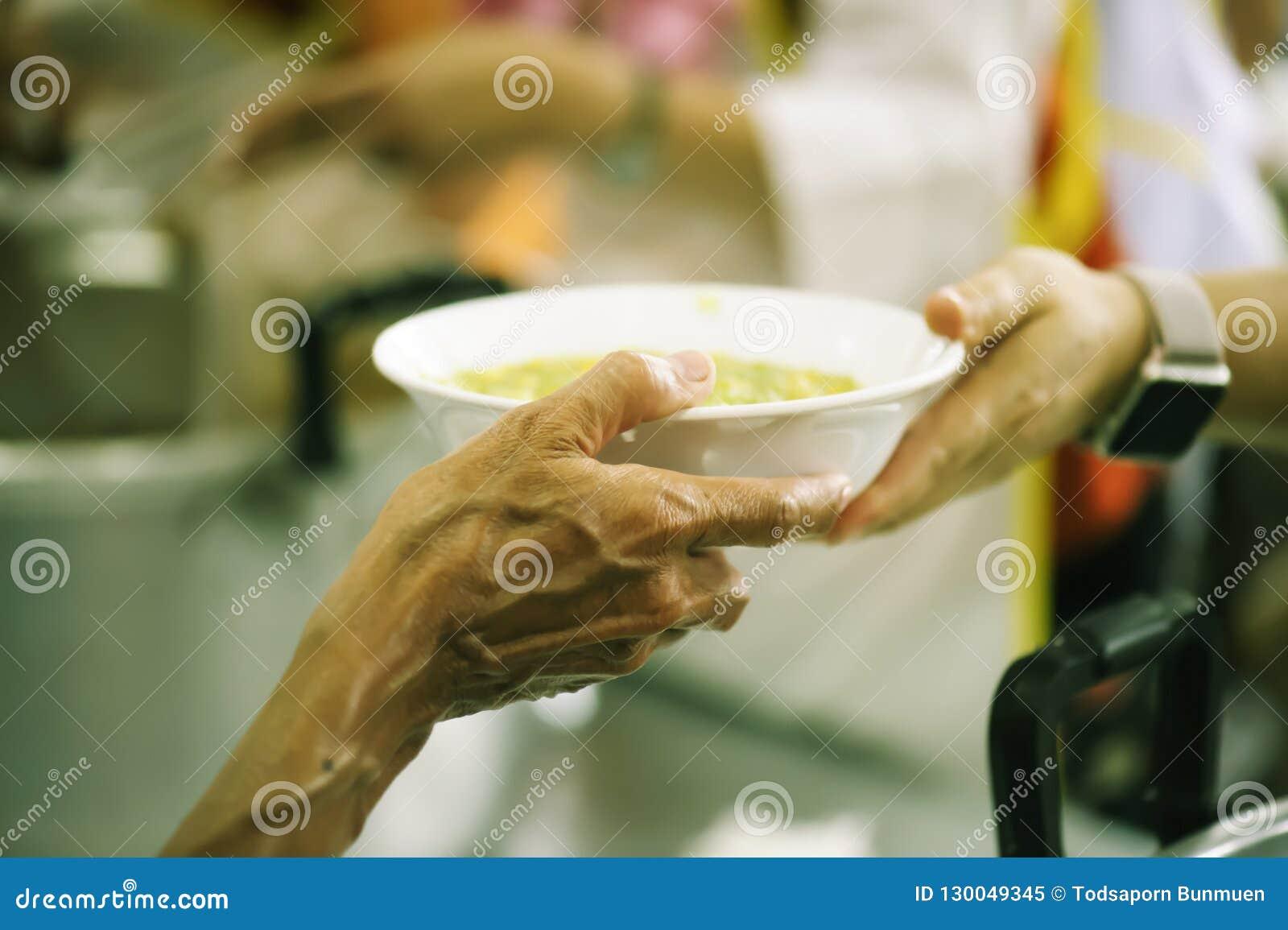 Meldt zich Aandeelvoedsel aan de Armen aan om Honger te verlichten: Liefdadigheidsconcept
