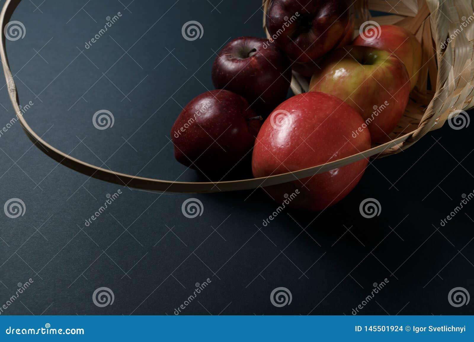 Mele rosse mature in un canestro