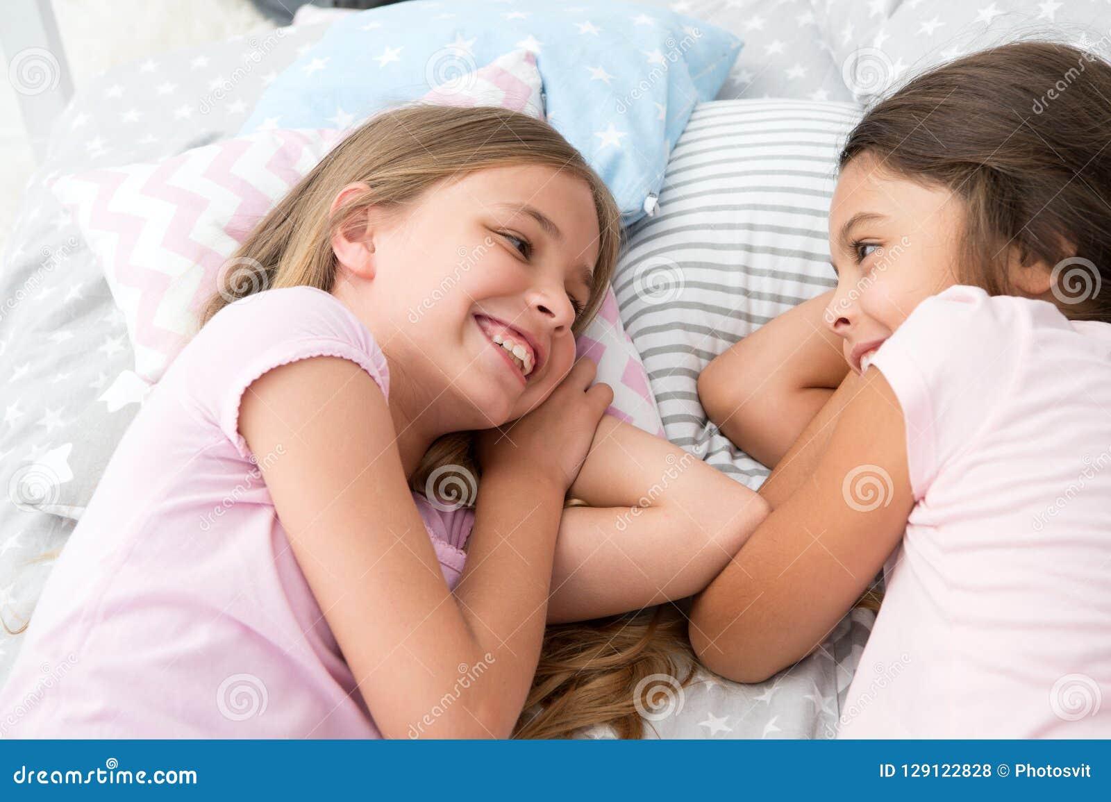 Melhores amigos para sempre Meninas que relaxam na cama Conceito do partido de descanso As meninas apenas querem ter o divertimen