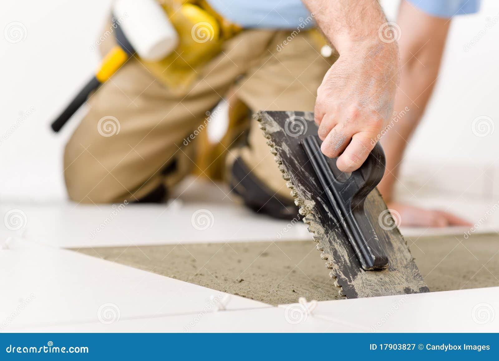 Melhoria Home - trabalhador manual que coloca a telha