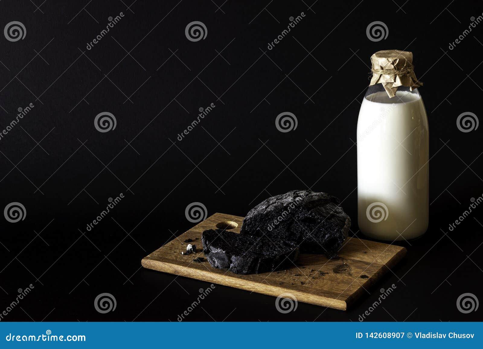 Melk en brood op een zwarte achtergrond