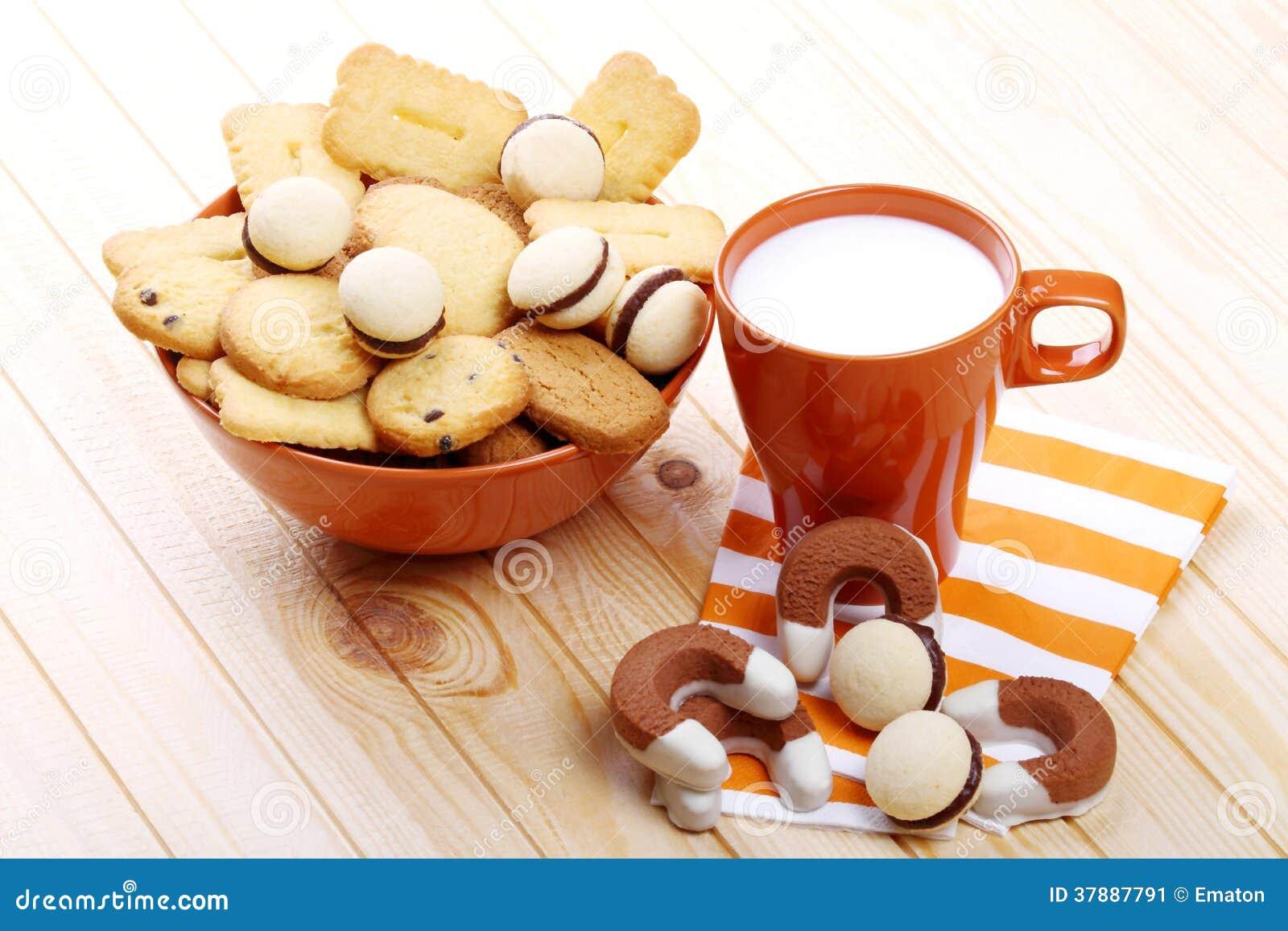 Melk en koekjes bij ontbijt