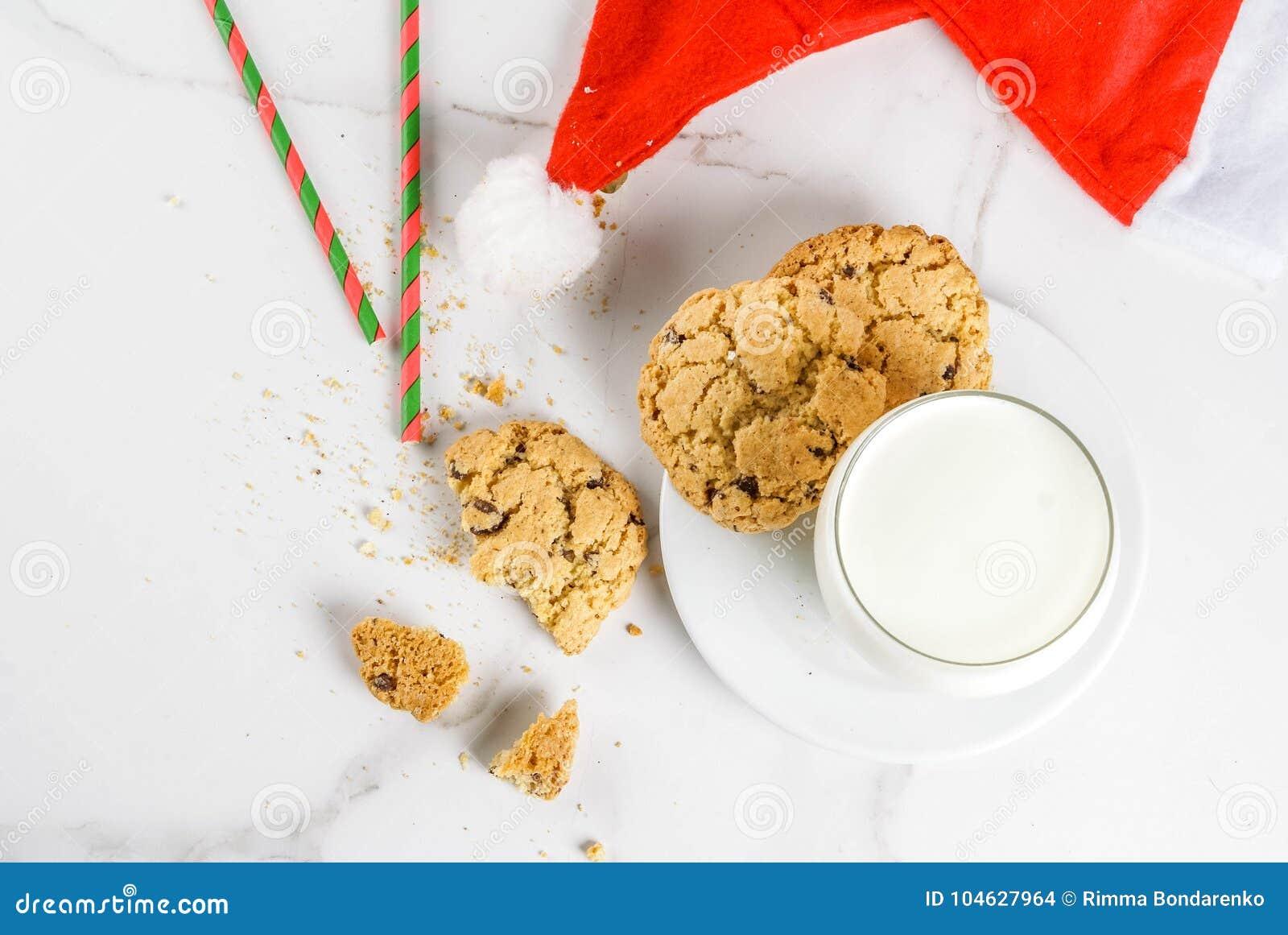 Download Melk En Koekjes Voor Kerstman Stock Foto - Afbeelding bestaande uit komst, decoratie: 104627964