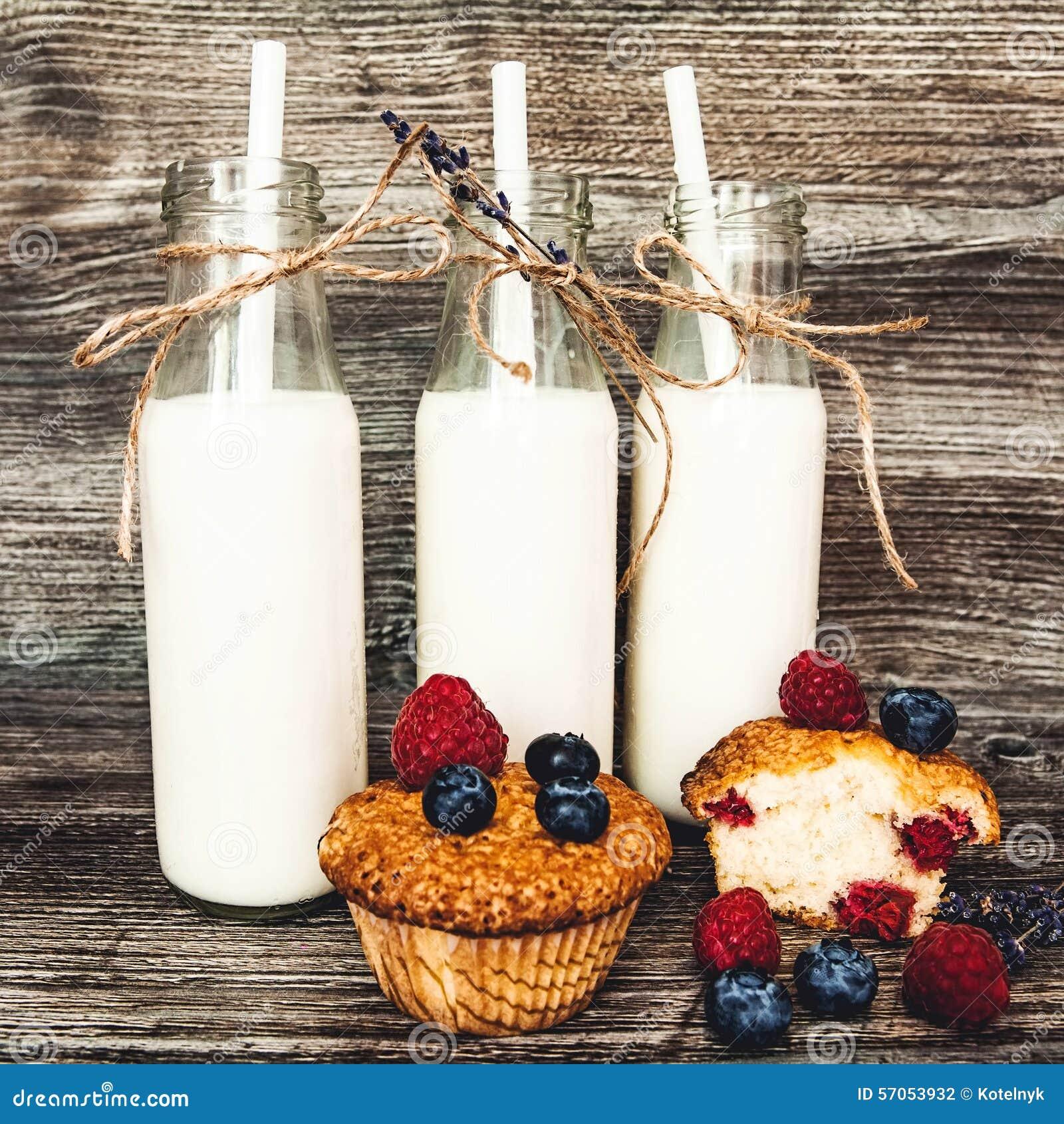 Melk in fles met Muffins met bosbessen en frambozen