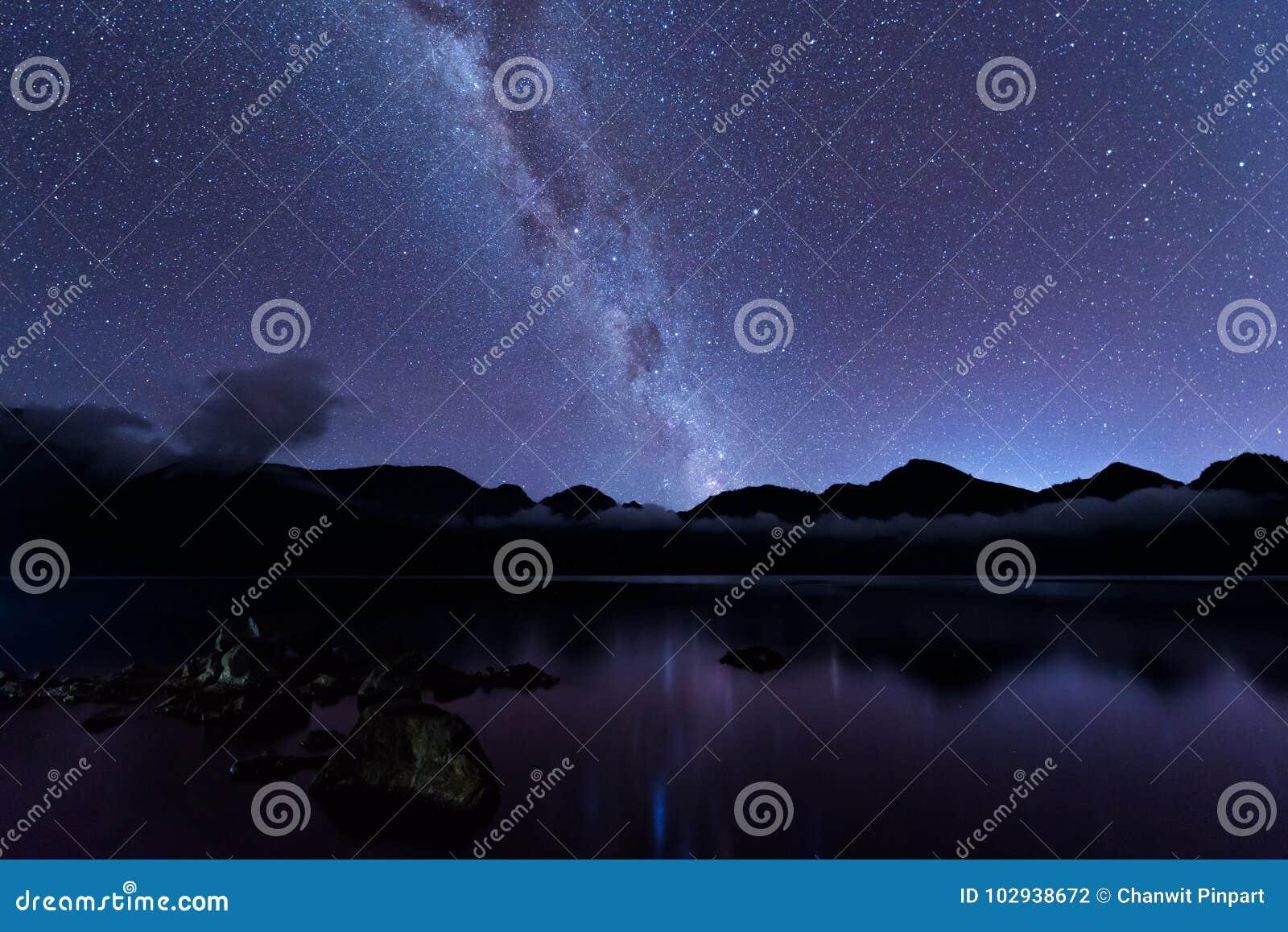 Melkachtig manierlandschap Duidelijk Melkachtige manier boven Meer Segara Anak binnen krater van Rinjani-berg op nachthemel Het E