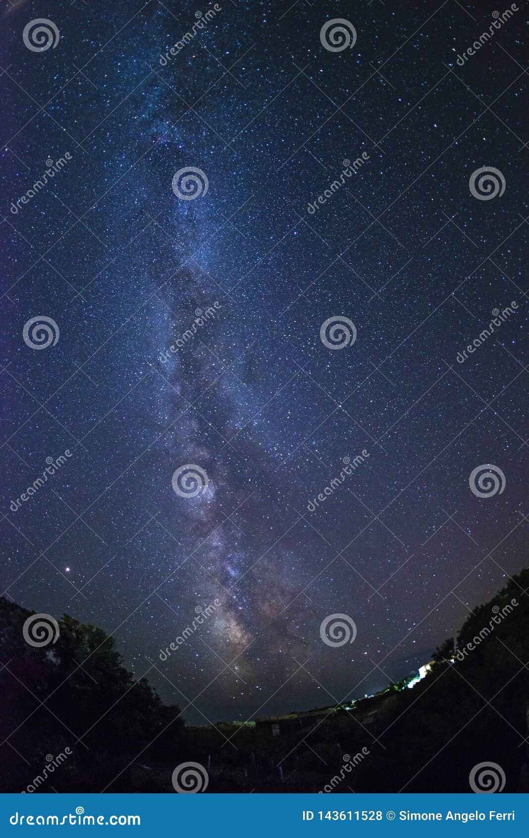 Melkweg en sterren van Ventotene-eiland Italië