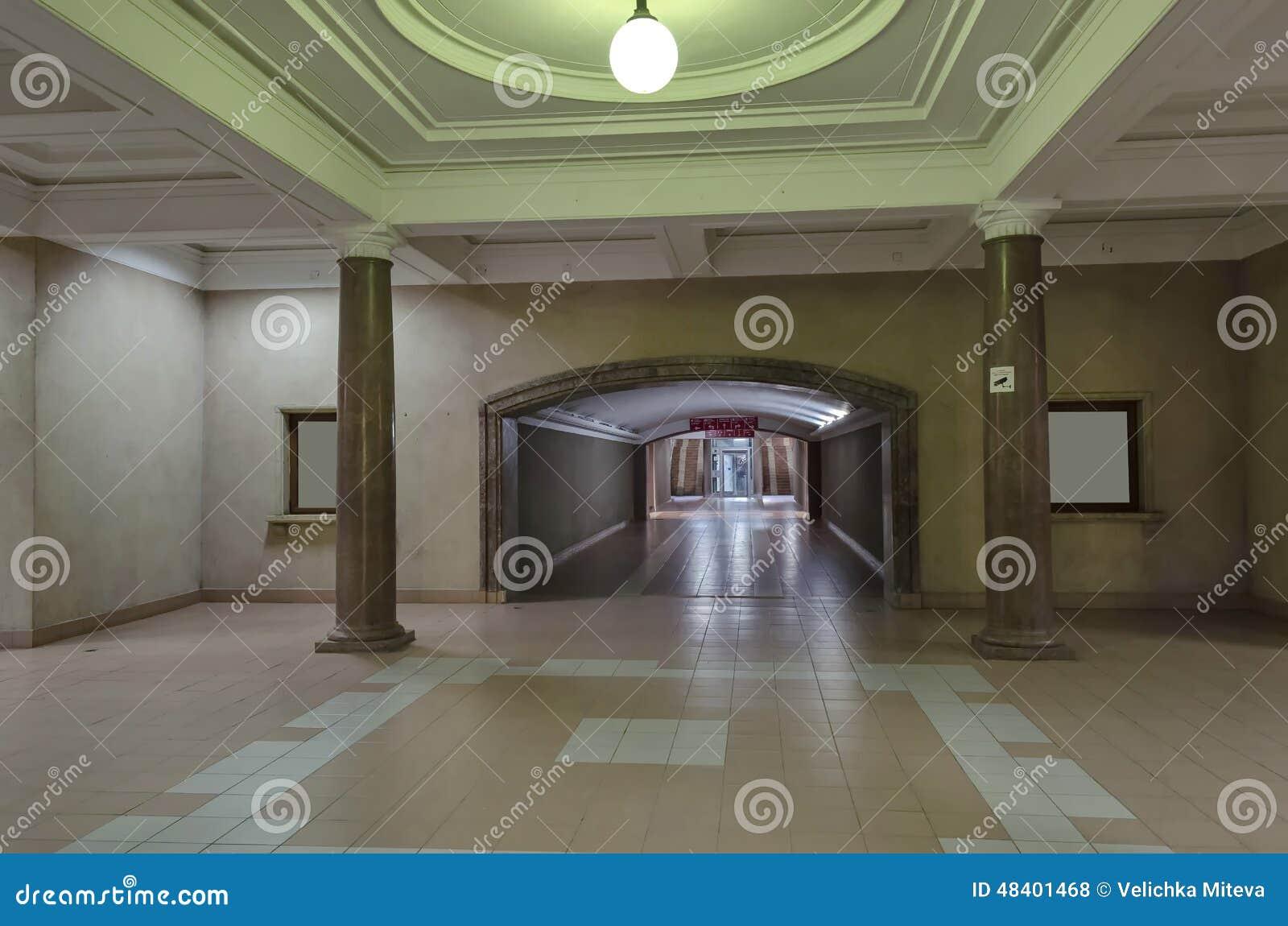 Mellanliggande korridor i järnvägsstationlist