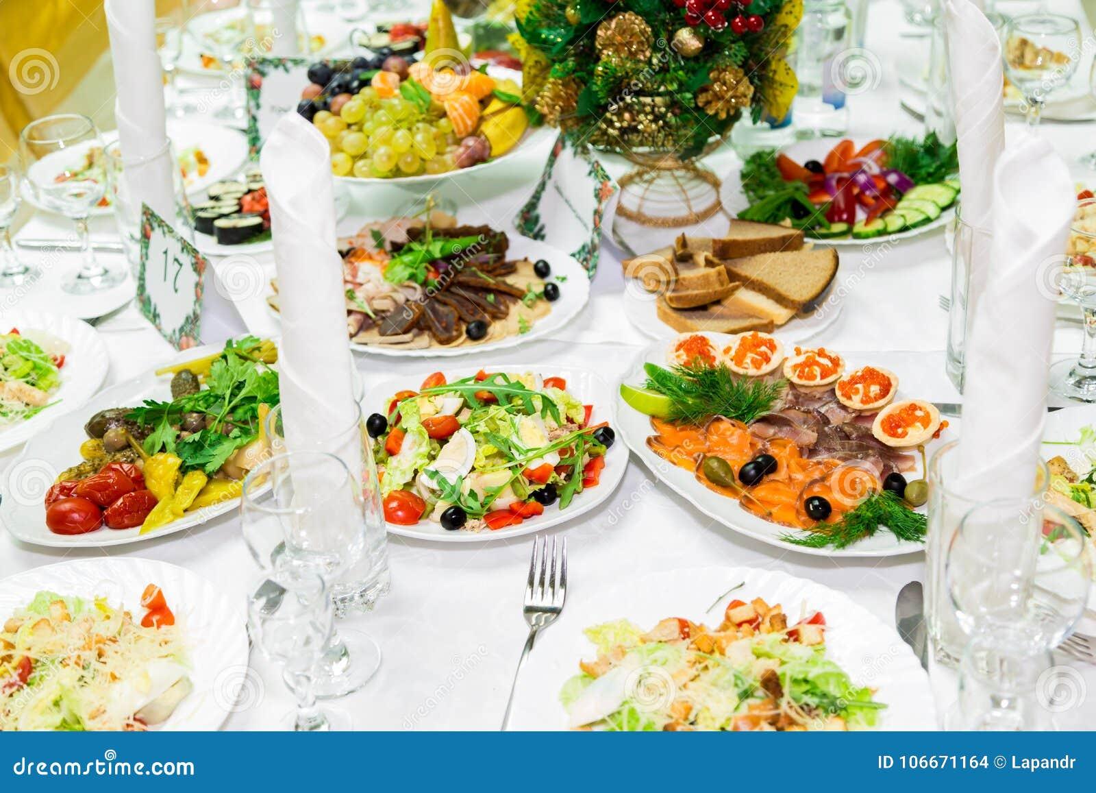 Mellanmål och läckerheter på banketttabellen catering Beröm eller bröllop bufferten