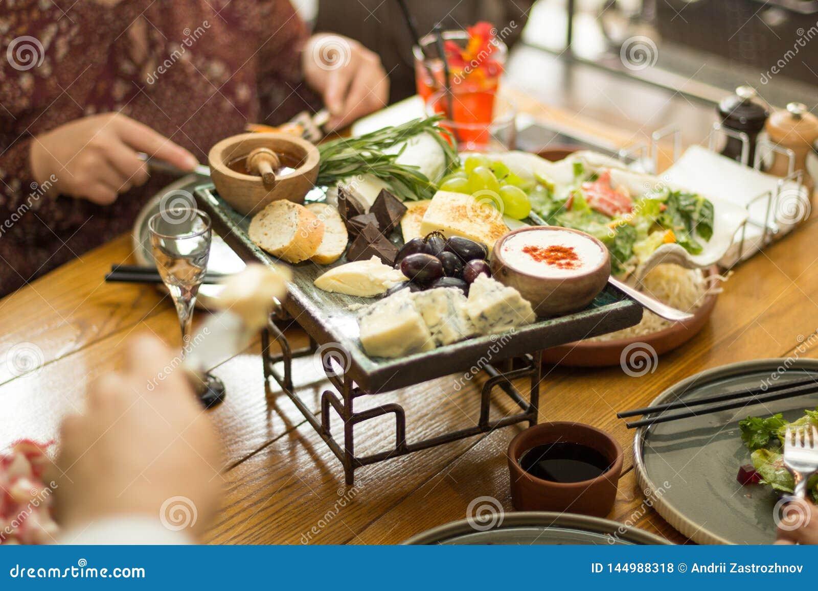 Mellanmål på tabellen i restaurangen