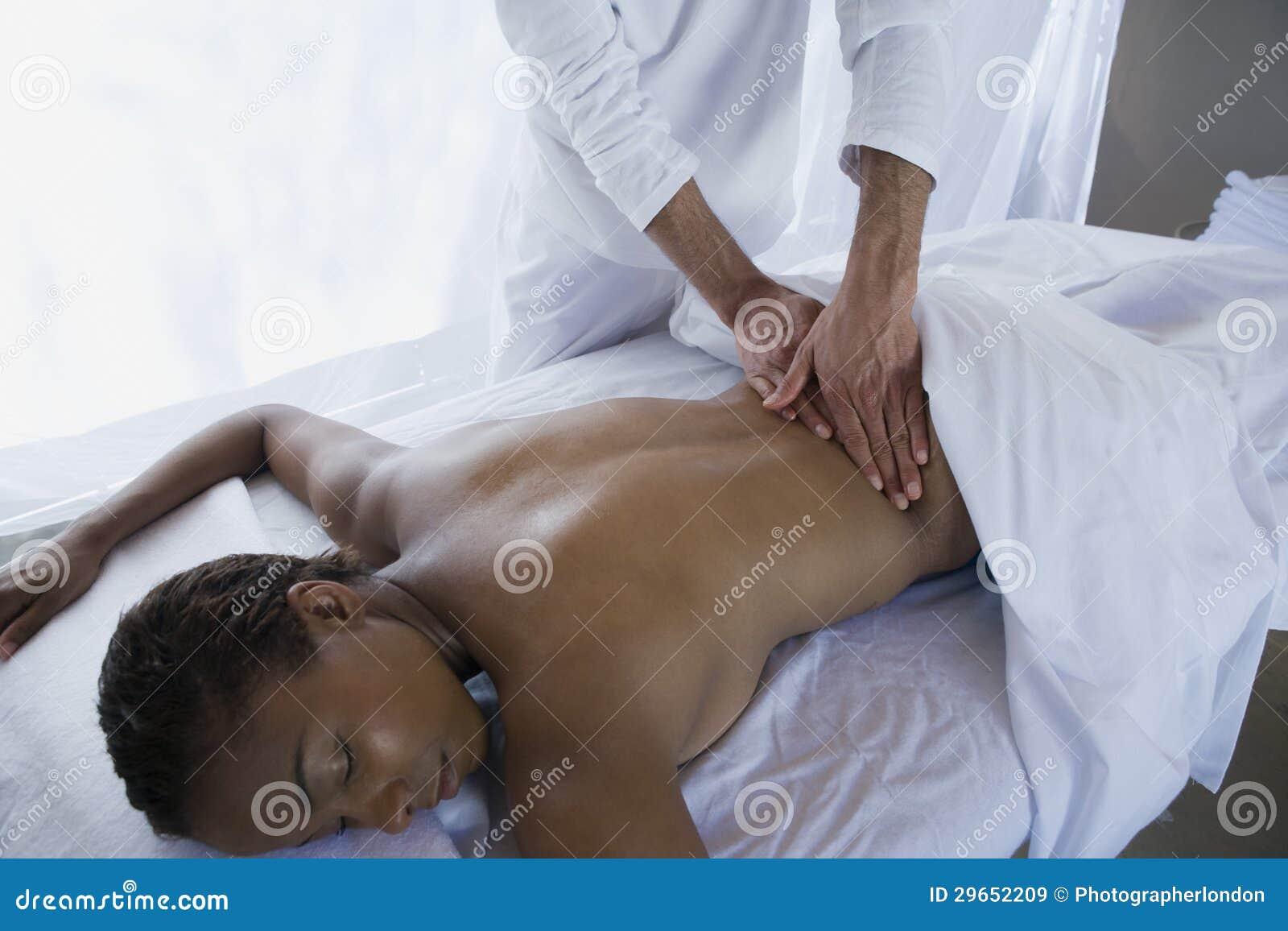 Mellersta åldrig massage för kvinnahäleribaksida