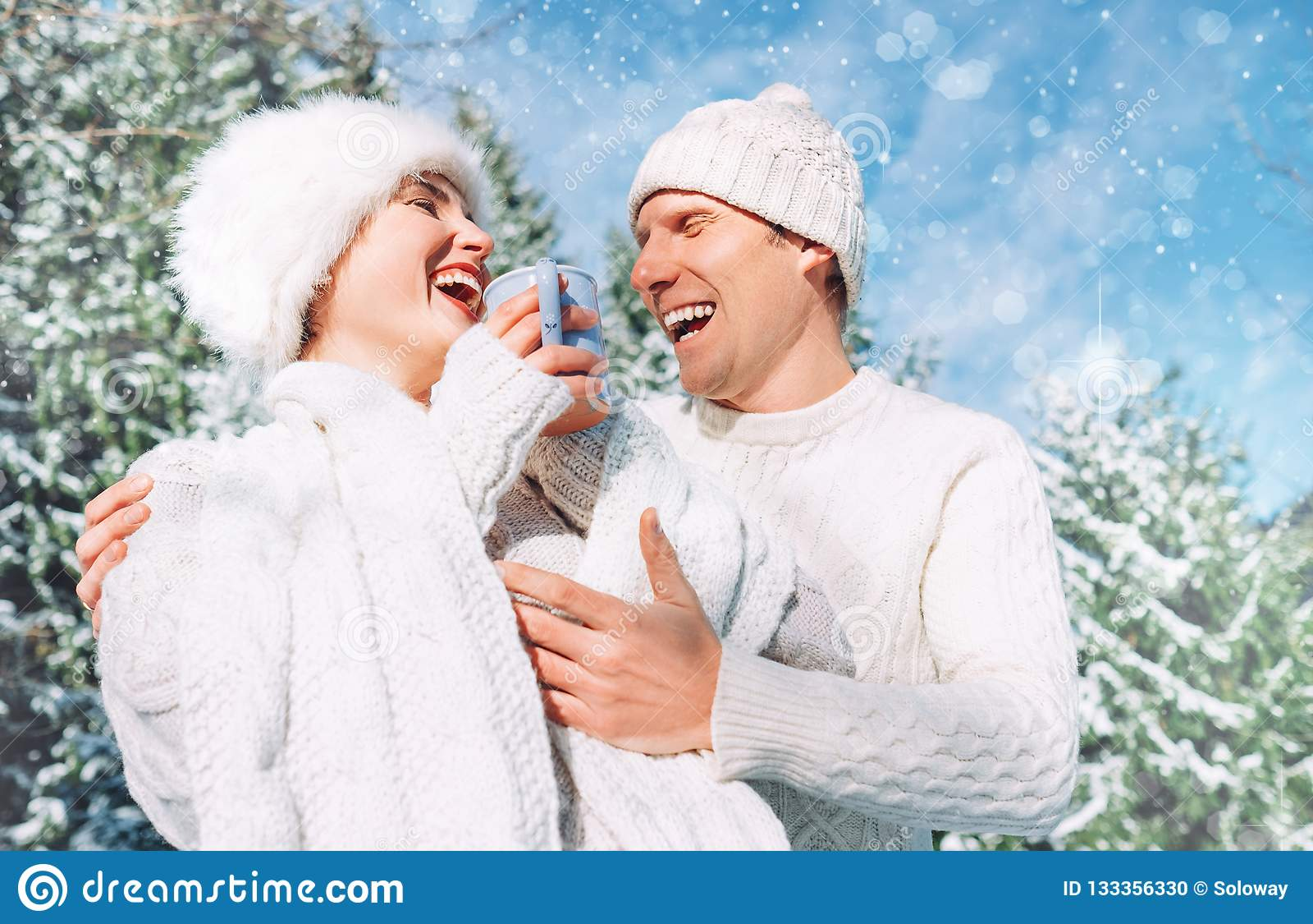 Mellersta skott av lycklig gladlynt skratta uppriktigt caucasian coupl