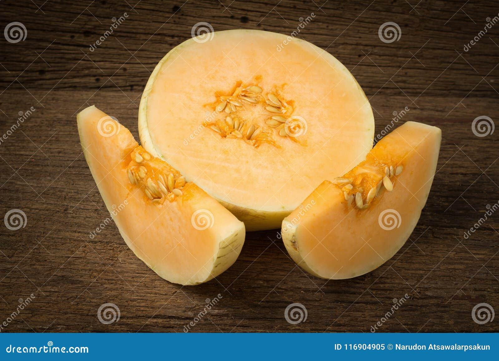 Melon & x28; sunlady& x29; skiva half På gammalt trä Morgon