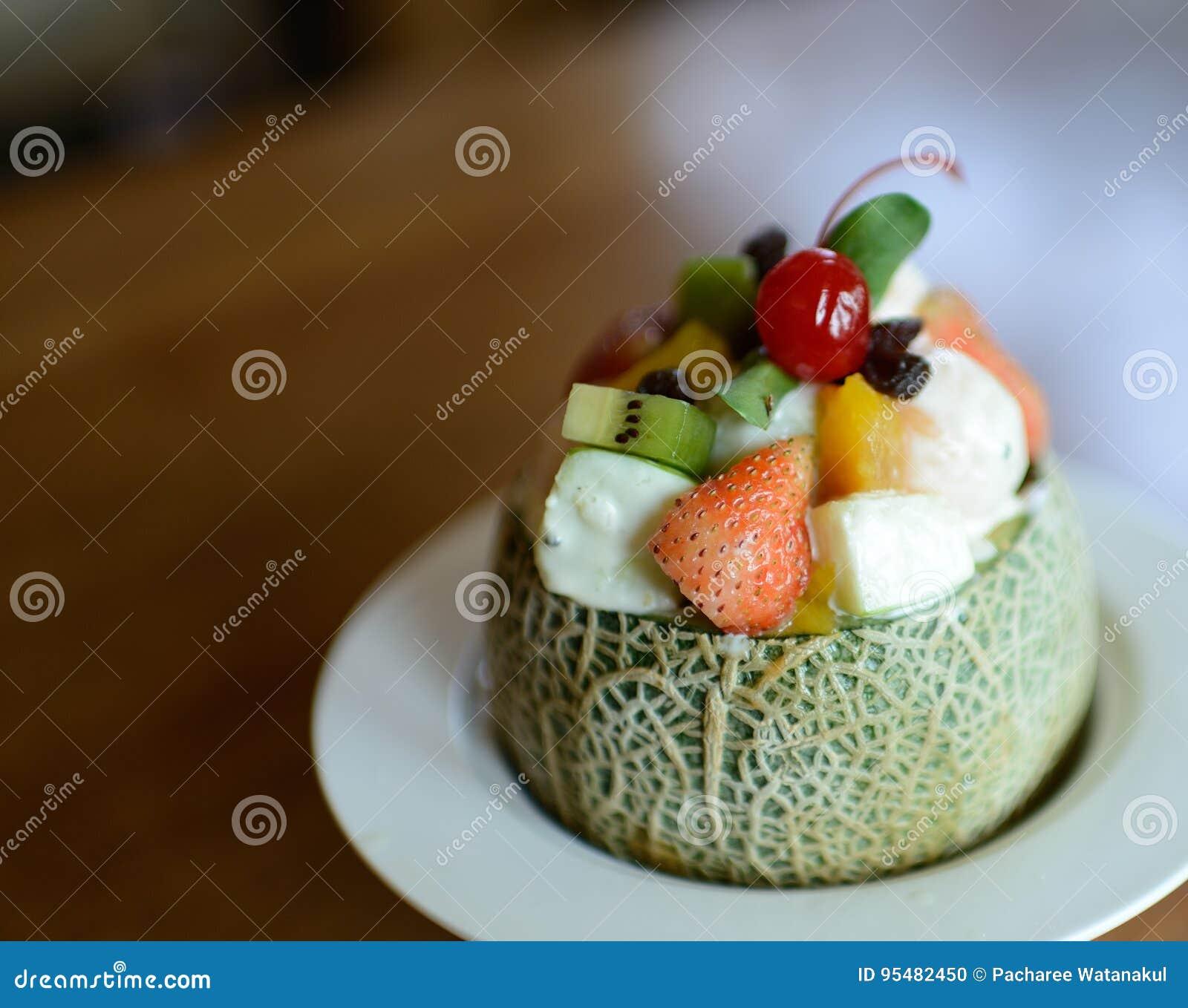 Melon z owocową sałatką