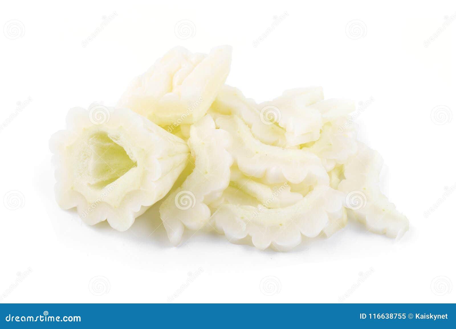 Melone bianco e fetta amari isolati su un fondo bianco