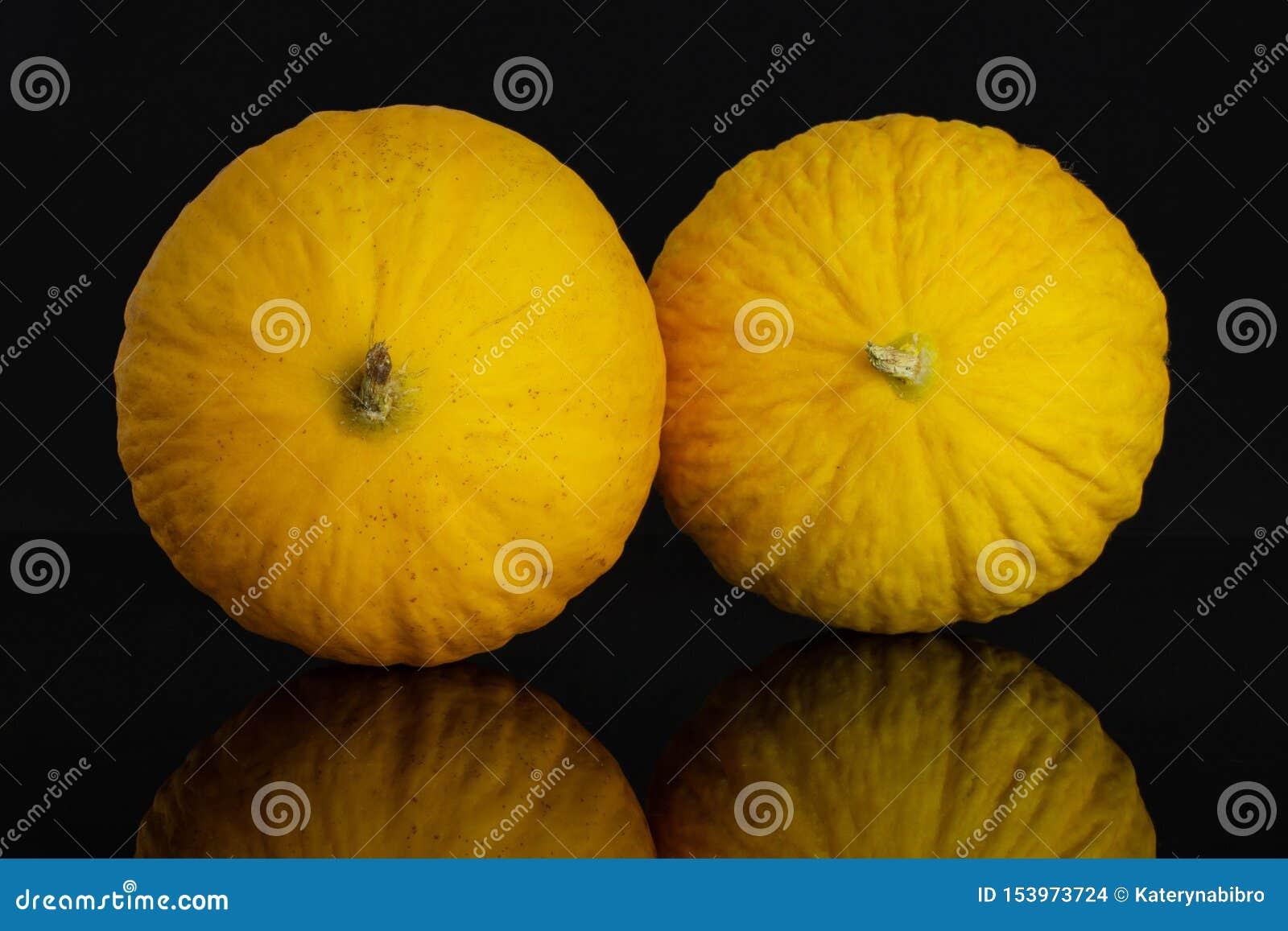 Melone color giallo canarino giallo isolato su vetro nero