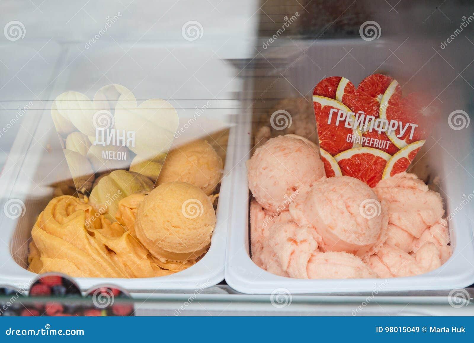 Melonowy i grapefruitowy lody w sklepie