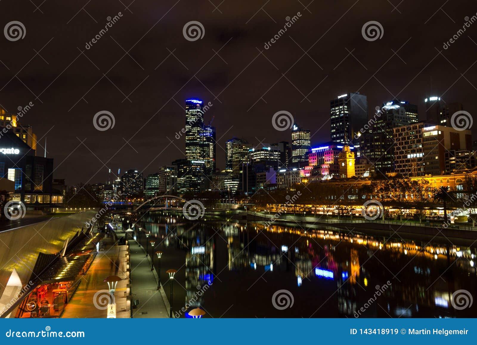 MELRBOURNE Australia, Maj, - 2015 miasta linia horyzontu i Yarra rzeka przy nocą