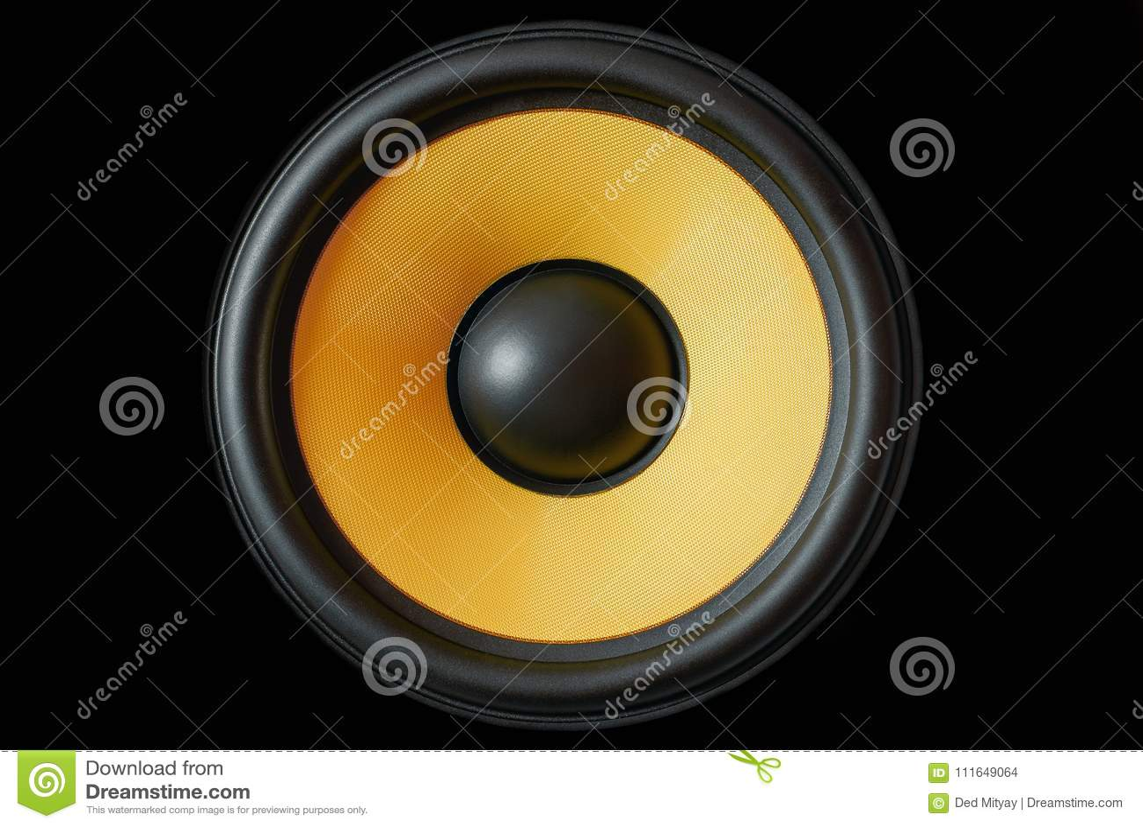 Membrana do Subwoofer ou orador dinâmico do som isolado no fundo preto, fim de alta fidelidade amarelo do altifalante acima