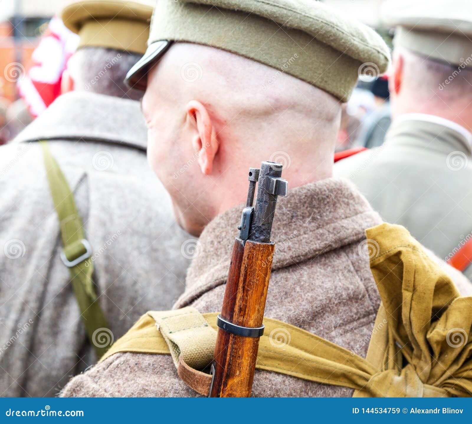 Membre non identifié de bataille historique de reconstitution dans l uniforme d armée