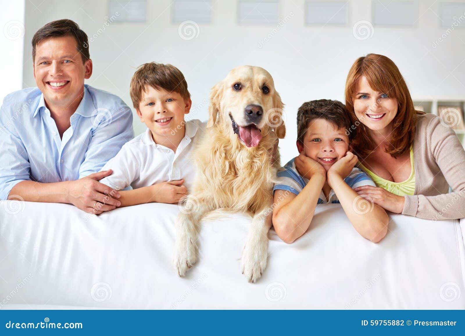 Membres de la famille souriants