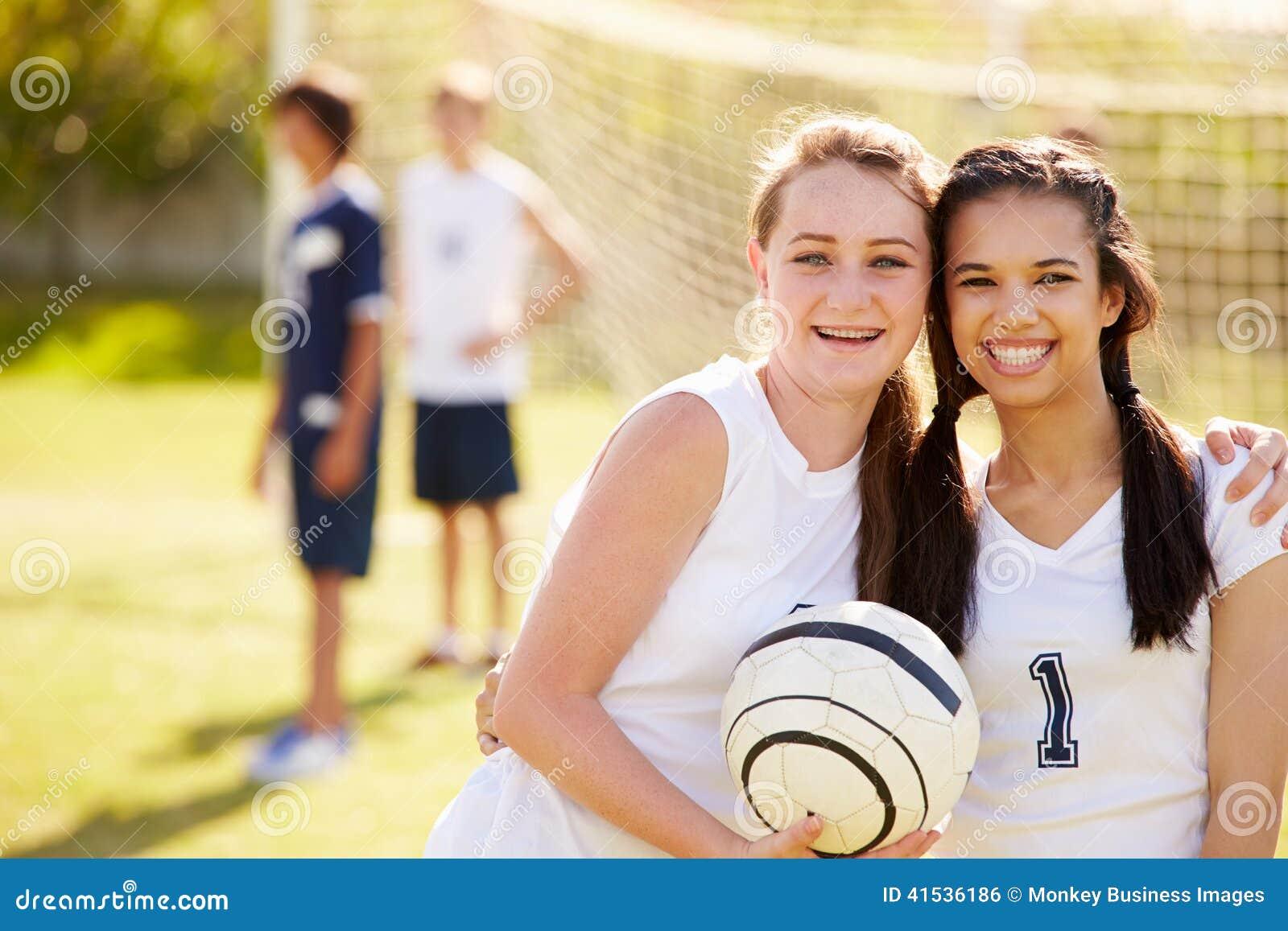 Membros da equipe de futebol fêmea da High School