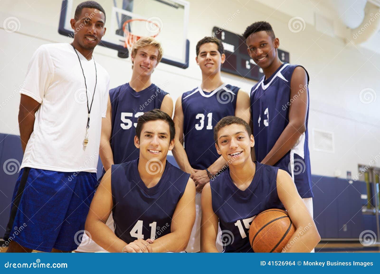 Membros do basquetebol masculino Team With Coach da High School