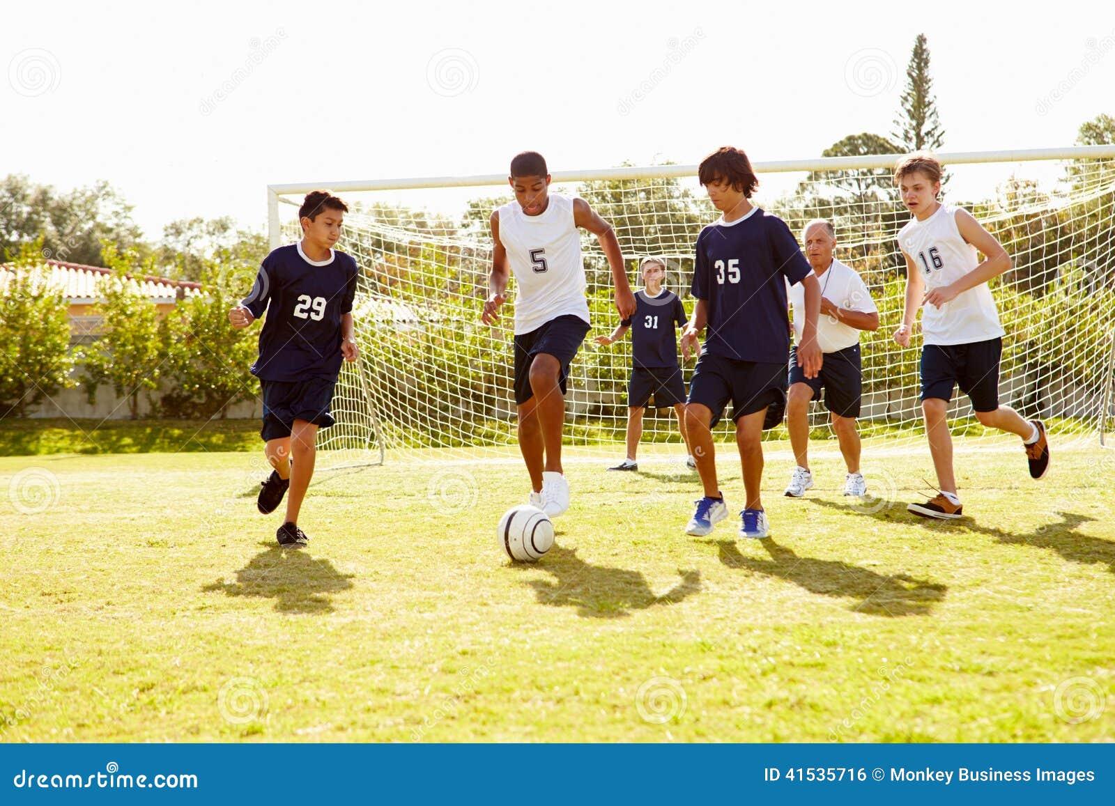 Membros do futebol masculino da High School que joga o fósforo