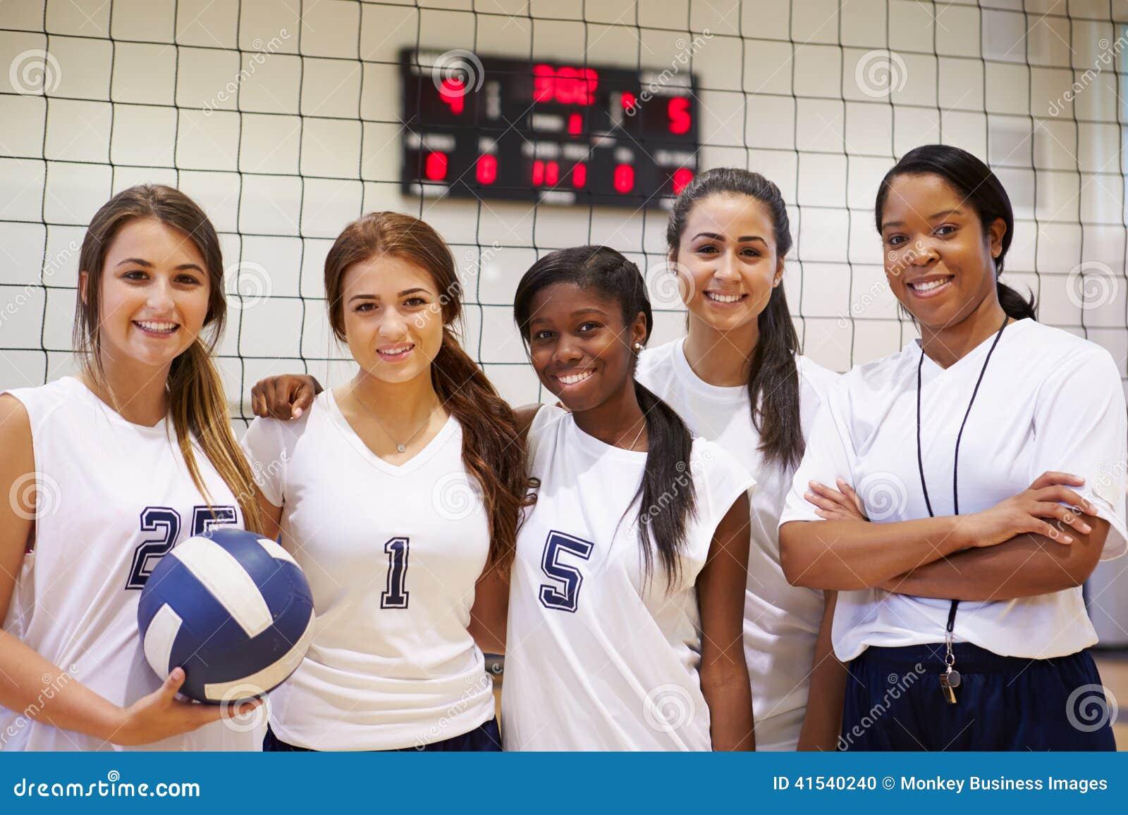 Membros do voleibol fêmea Team With Coach da High School