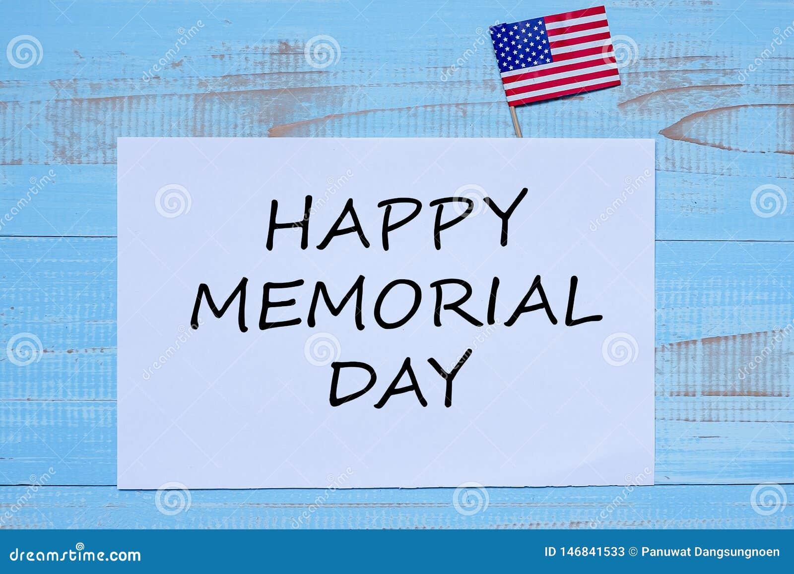 Memorial Day feliz con la bandera de los Estados Unidos de América en fondo de madera azul