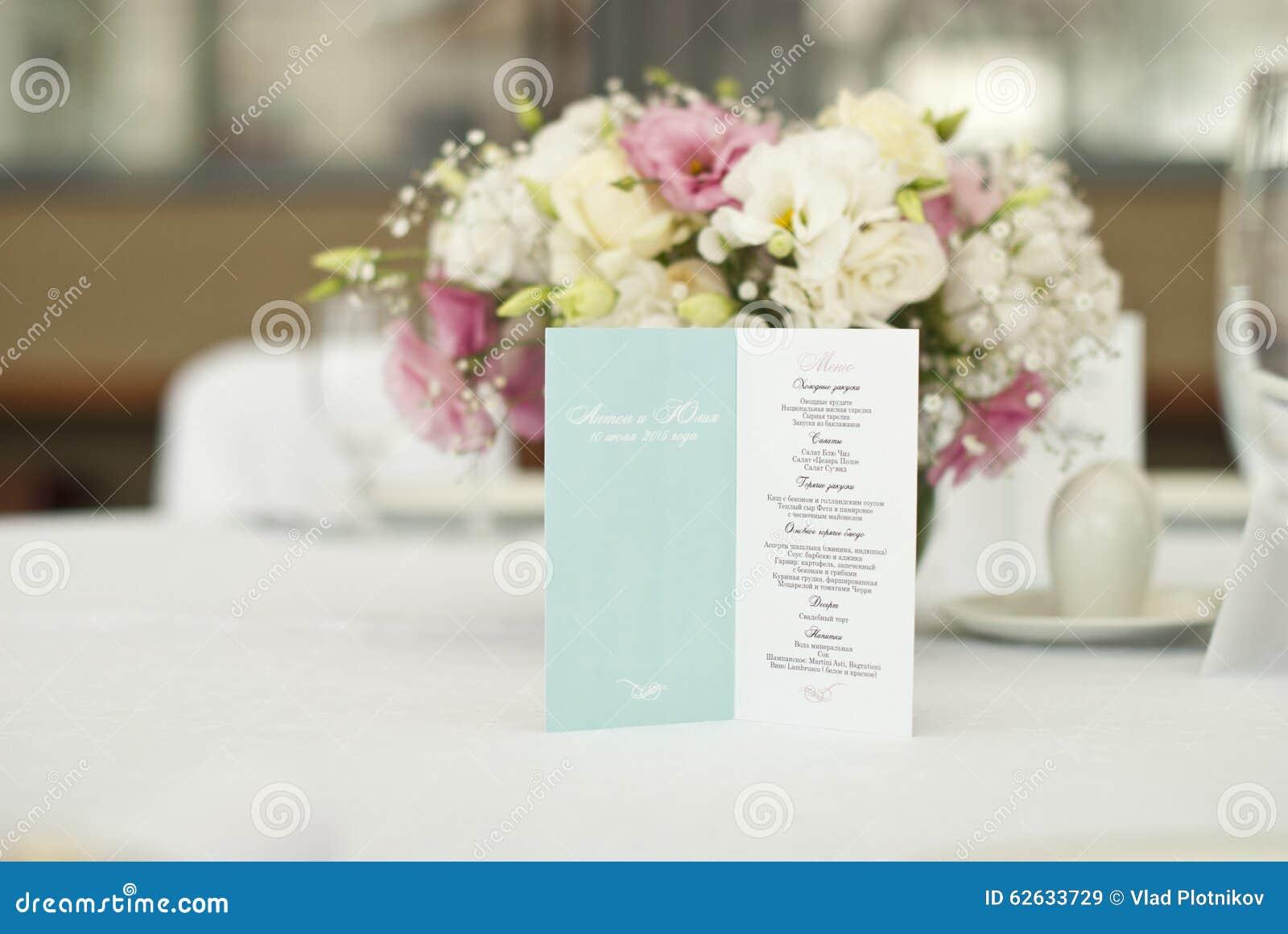 Menükarte mit schönen Blumen auf Tabelle im Hochzeitstag