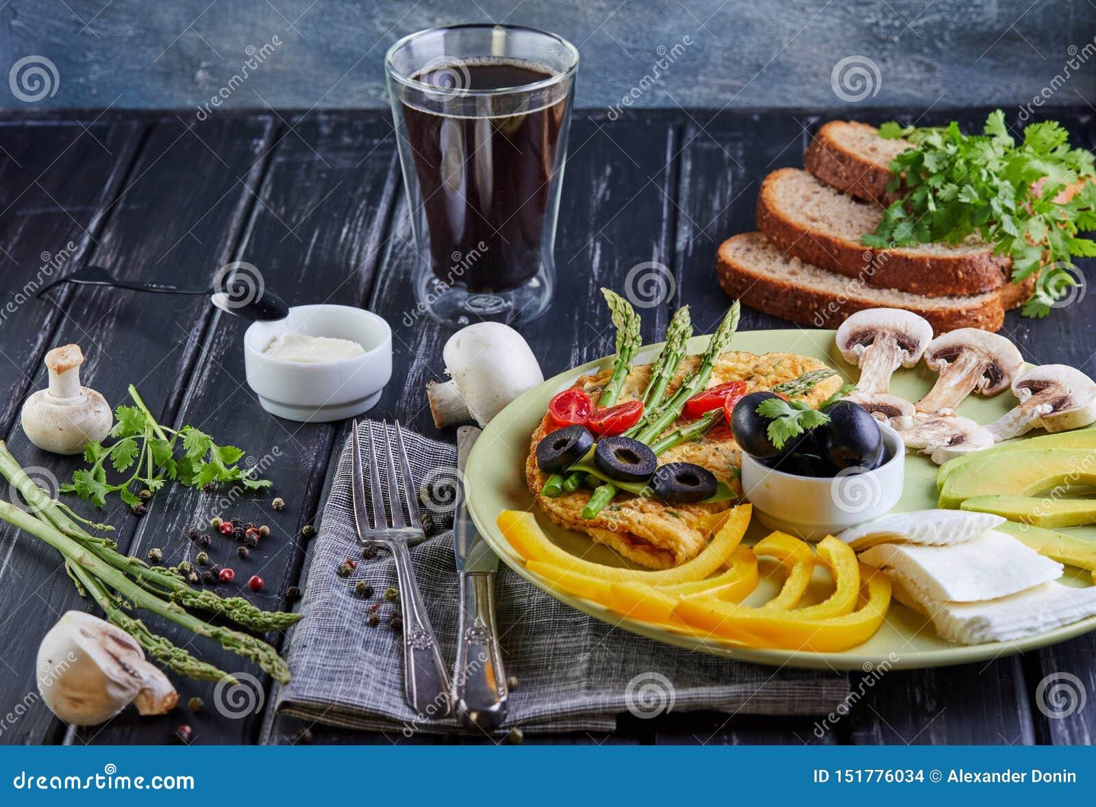 Men? de la dieta Verduras en una placa - huevos revueltos, aguacate, paprika, tomates del jerez, aceitunas del desayuno de la die