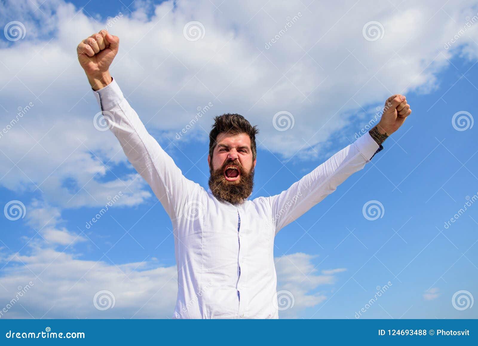 Mena fritt Emotionell ropframsida för grabb som är stolt av honom energi full Mannen uppsökte hipsteren känner sig kraftig och fu