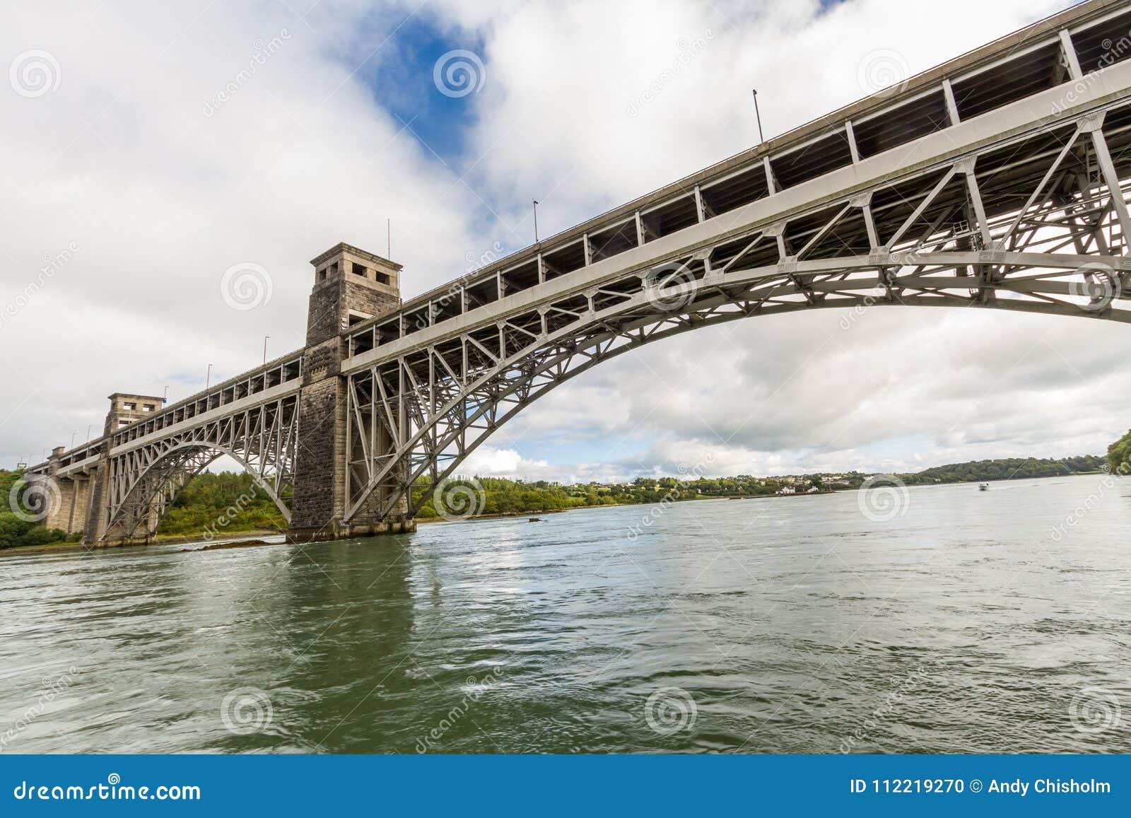 Menai海峡和不列颠尼亚桥梁从下面